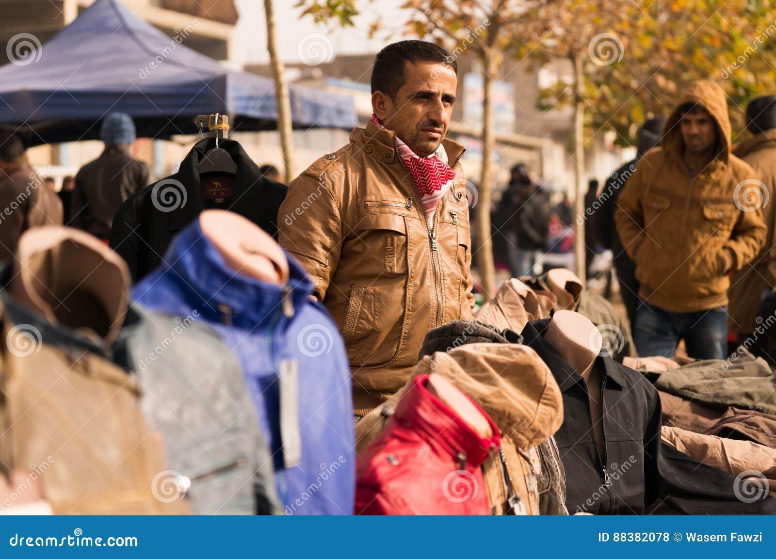 Irakisk MAN PÅ GATAN som SÄLJER KLÄDER