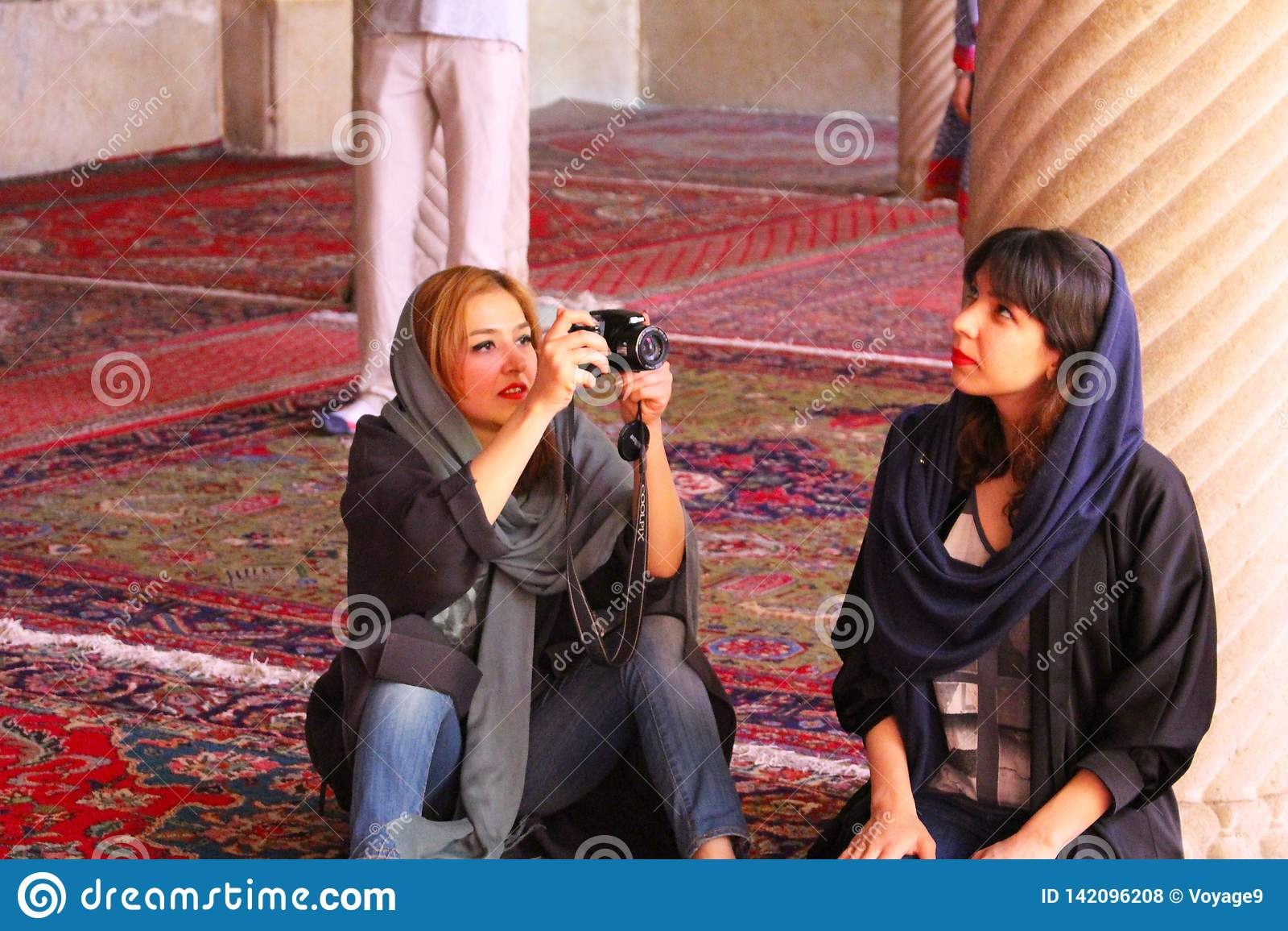 Iransk fotograf och modell med den typiska klänningen