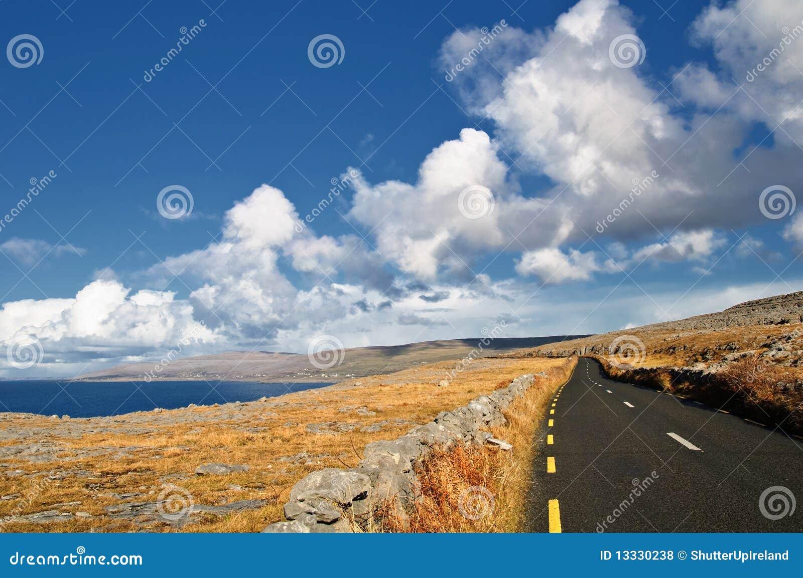 Ireland krajobrazowego scenicznego seacape wibrujący zachód