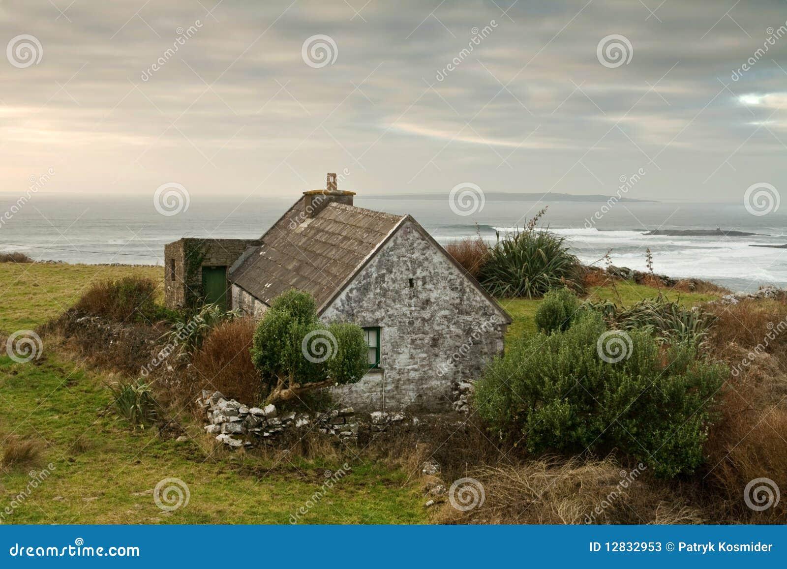 irisches haus stockbild bild von insel drau en cloudscape 12832953. Black Bedroom Furniture Sets. Home Design Ideas