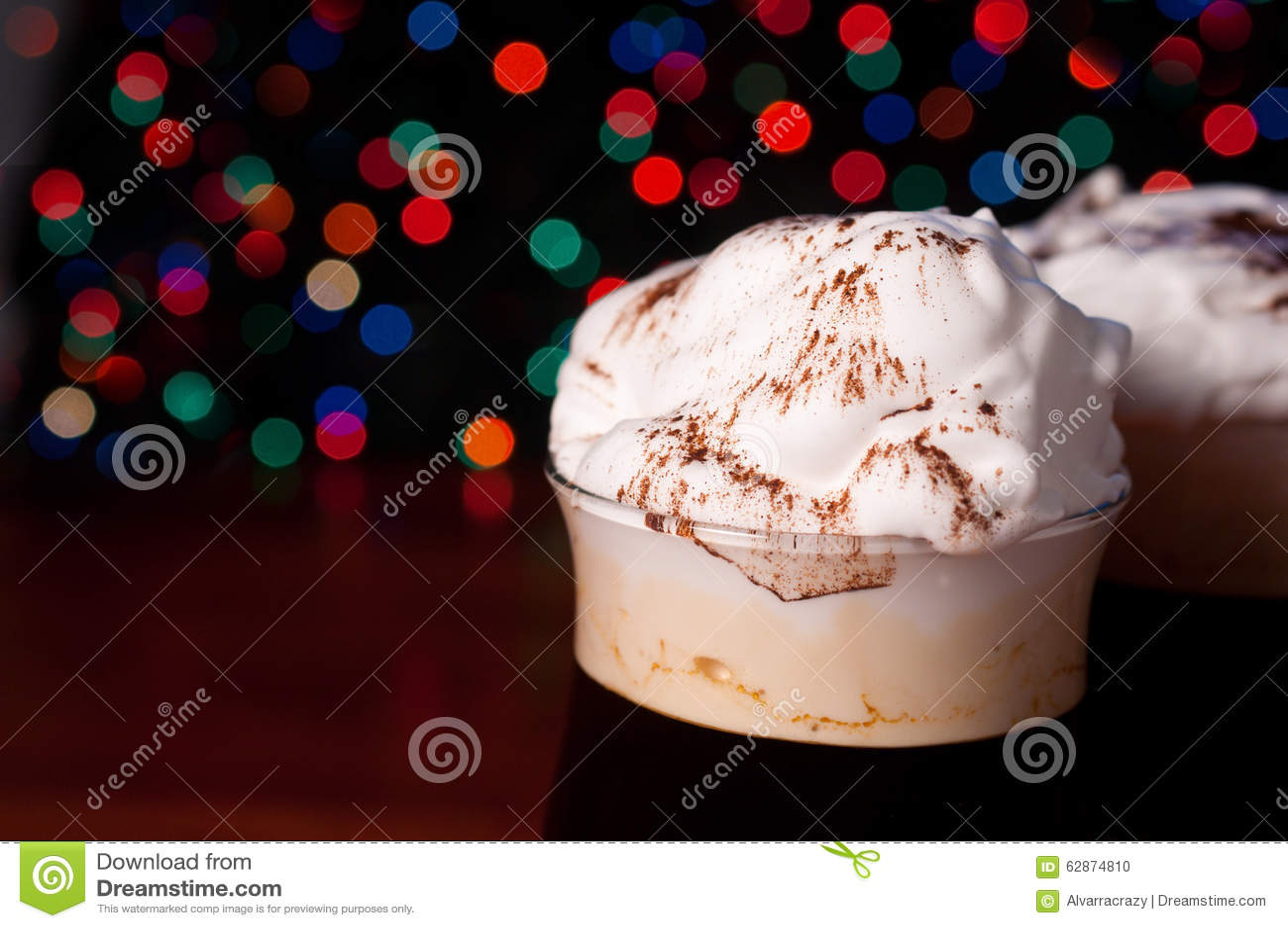 Irish coffee su fondo vago estratto
