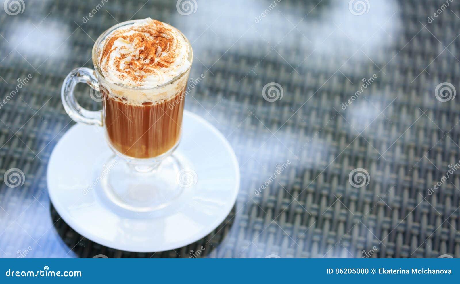 Irish coffee in una barra all aperto Concetto della festa di St Patrick H