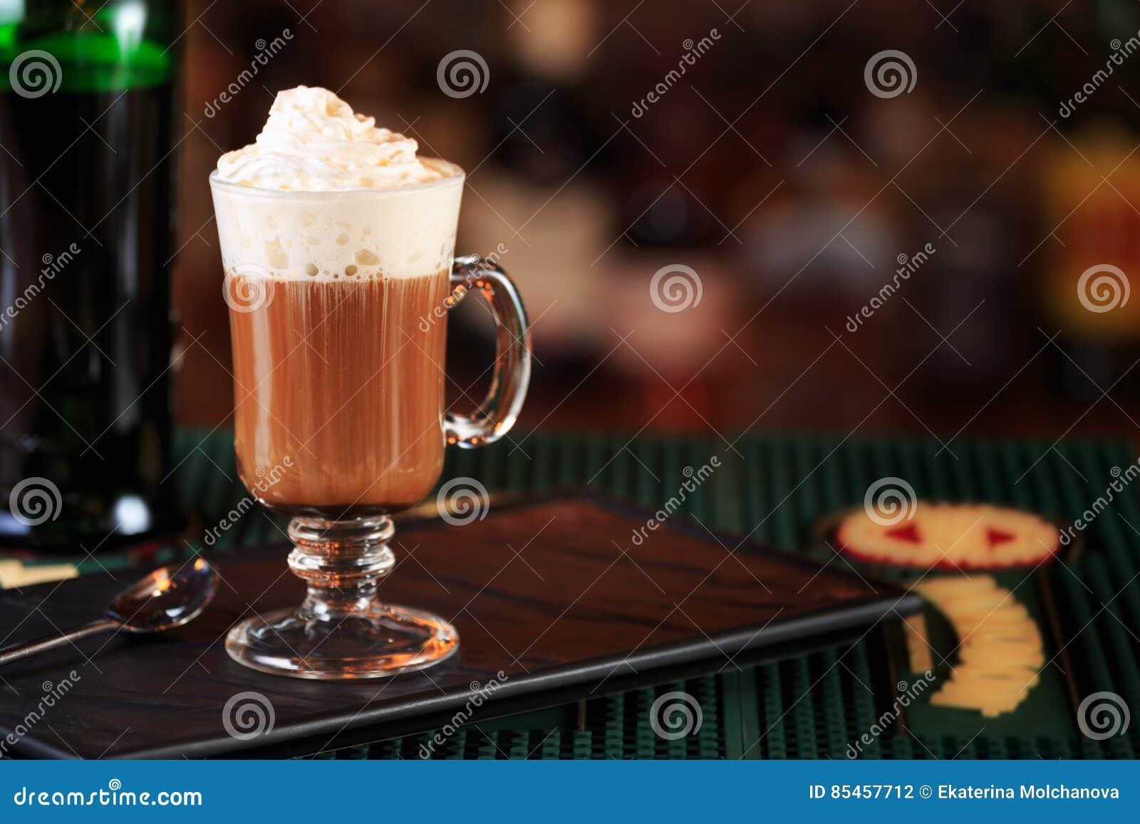 Irish coffee in una barra Concetto della festa di St Patrick Sedere di festa