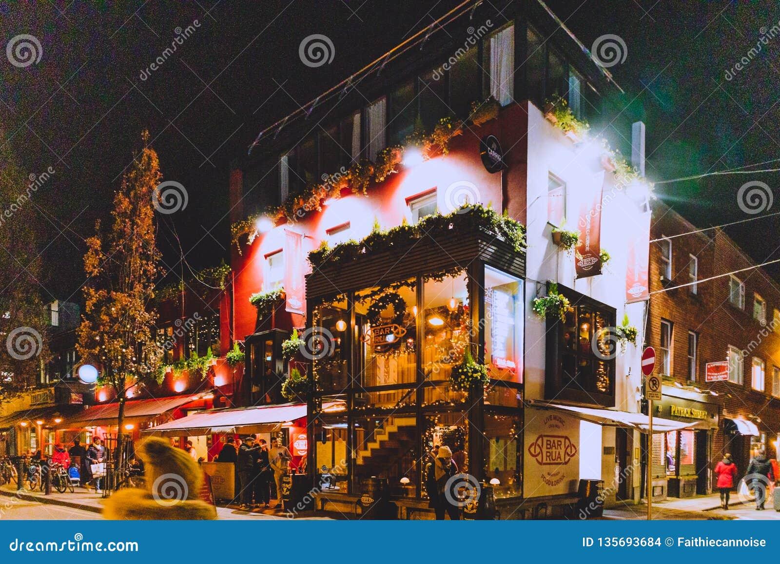 Christmas In Dublin Ireland.Irish Pub With Christmas Decorations In Dublin City Centre