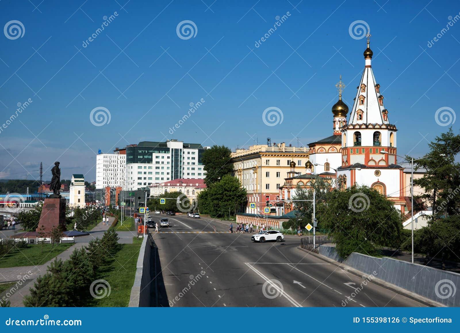 IRKUTSK, RÚSSIA - 7 de julho de 2019: Monumento aos fundadores de Irkutsk e da catedral do esmagamento em Nizhnyaya