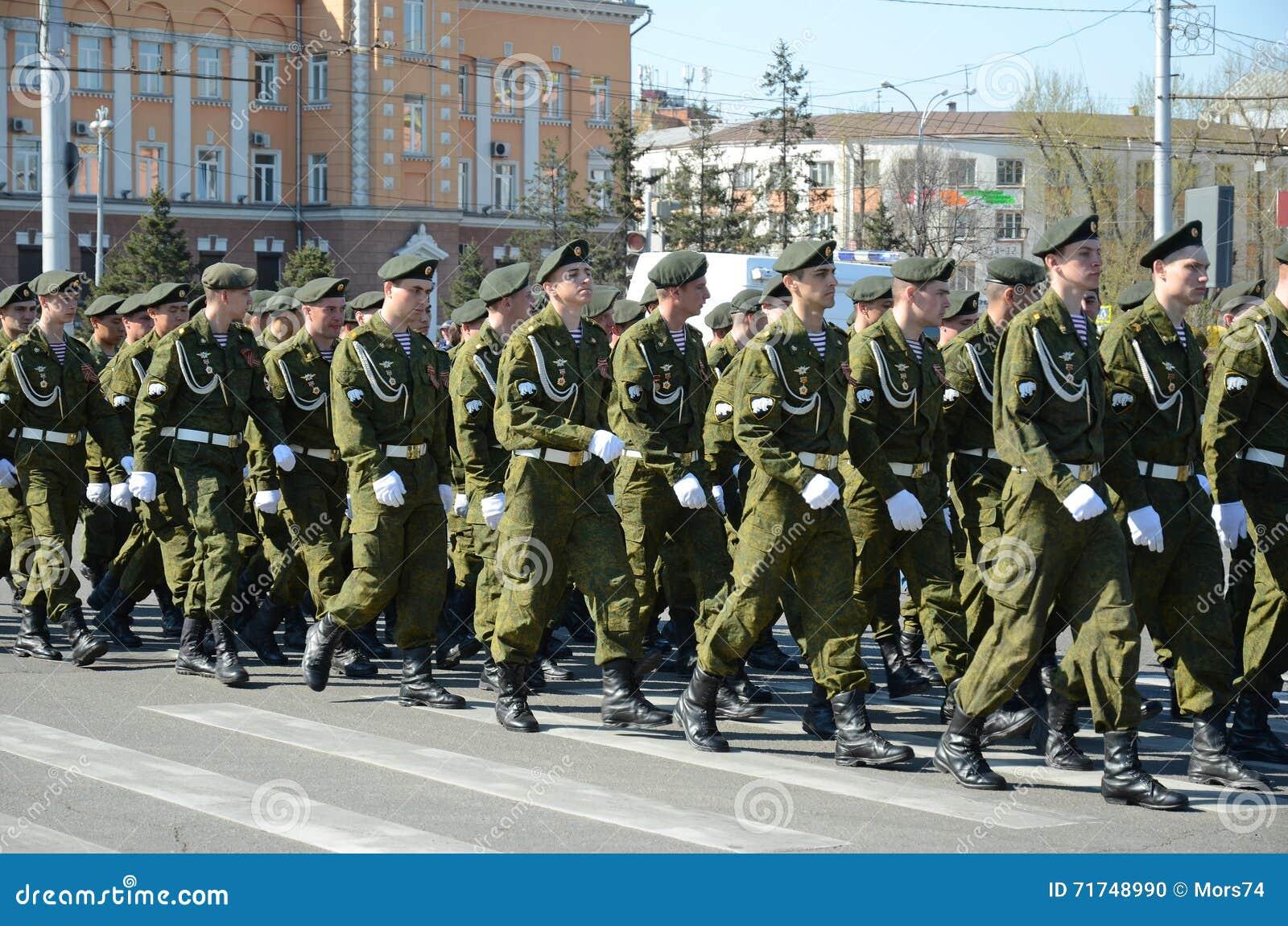 Irkutsk Rosja, Maj, - 9, 2015: Kolumna Specjalnego Purpose podział na zwycięstwo dnia świętowaniu