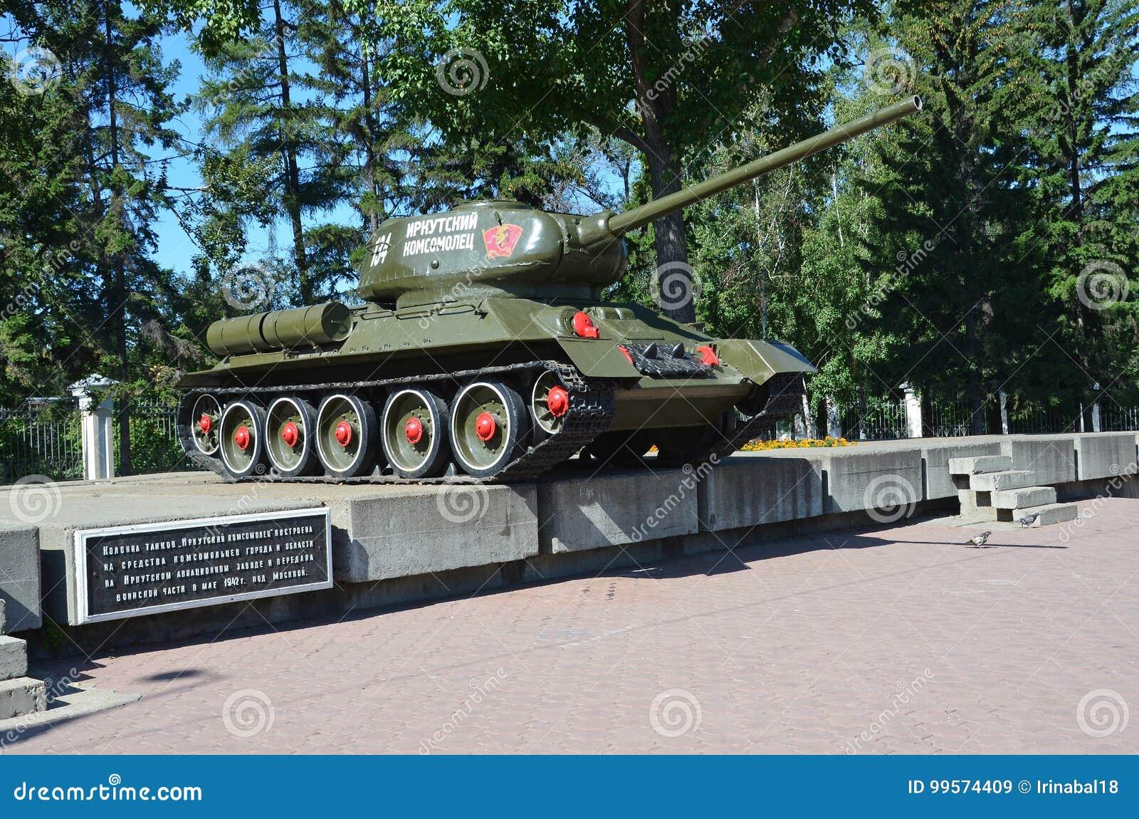 Irkutsk Ryssland, Augusti, 29, 2017 Tanka ` T-34-85 den Irkutsk medlemmen av den Komsomol `en på en sockel på genomskärningen av
