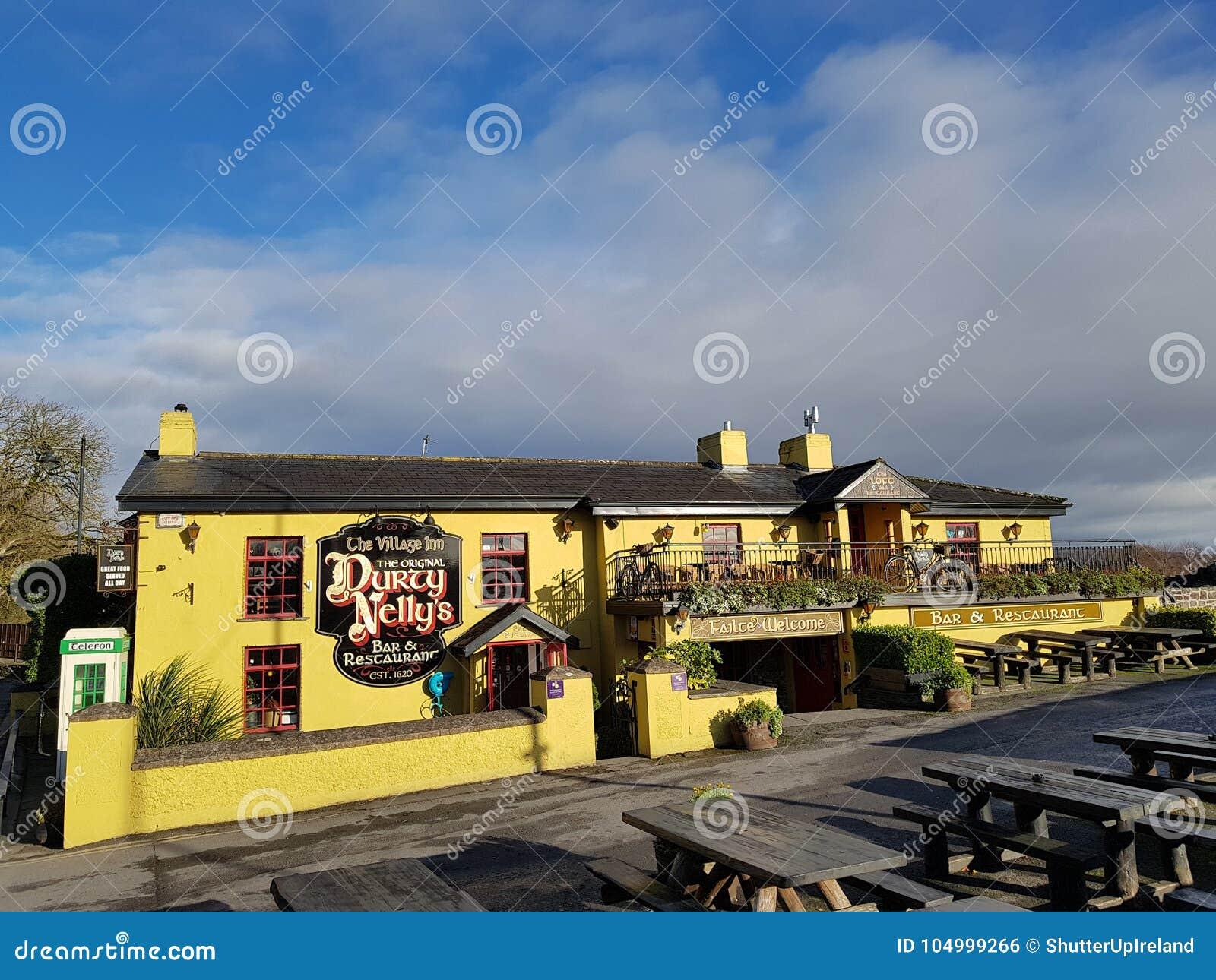 Irlanda - 30 de novembro de 2017: Ideia bonita do ` s da Irlanda a maioria de bar famoso do castelo e do irlandês no condado Clar