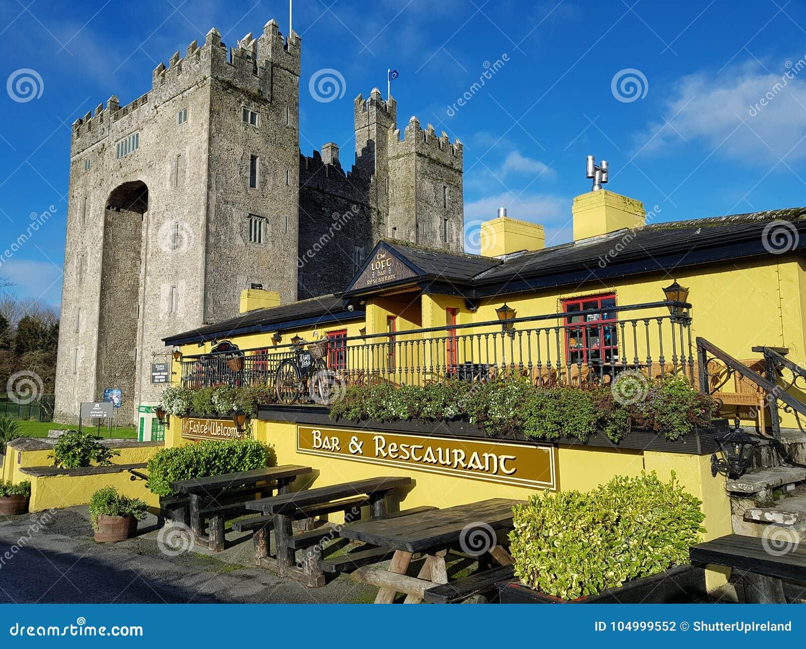 Irlanda - 30 de noviembre de 2017: Hermosa vista del ` s de Irlanda la mayoría del castillo famoso y del Pub irlandés en el conda
