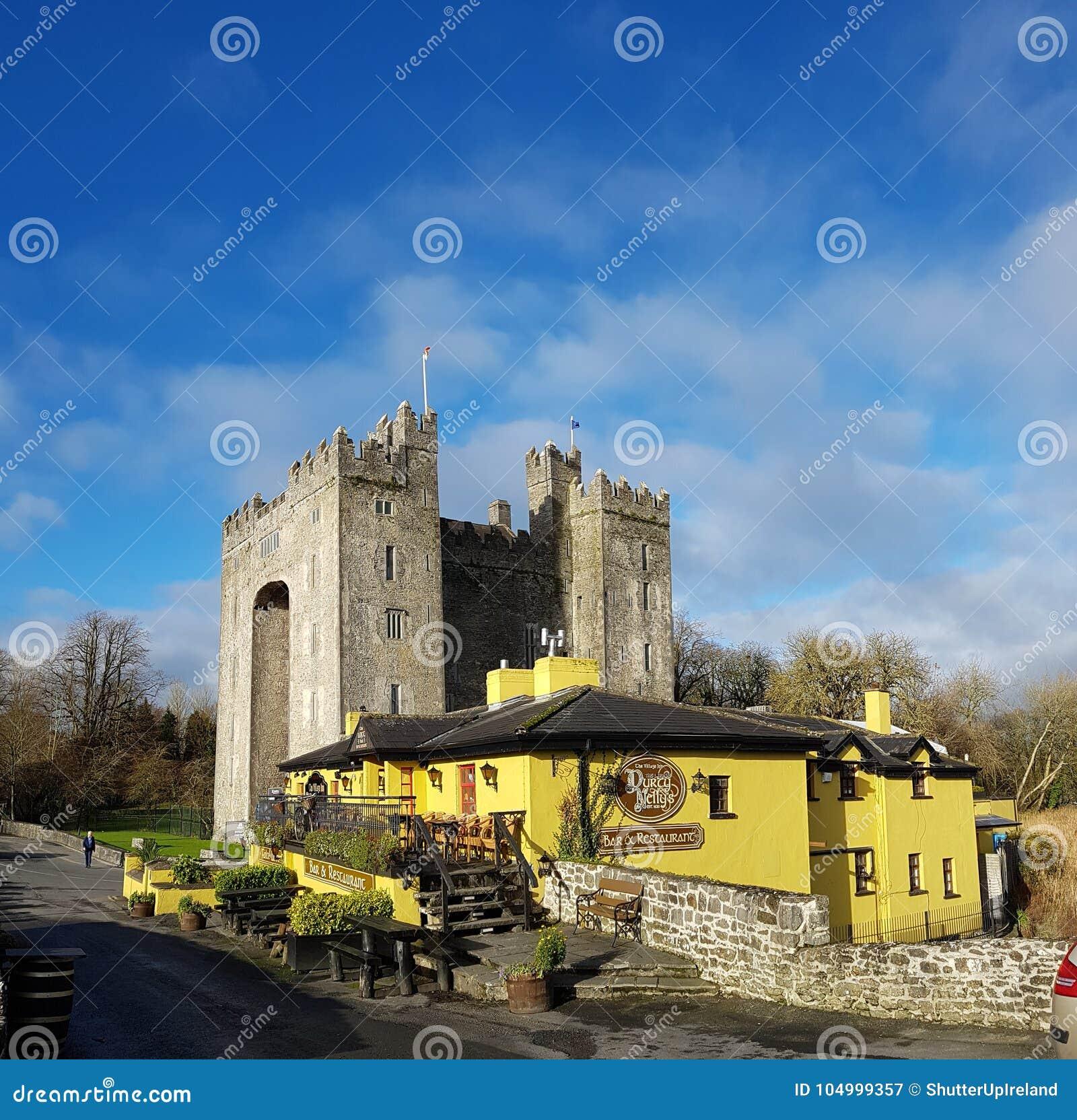 Irlandia, Nov - 30th 2017: Piękny widok Irlandia ` s sławny kasztel i irlandczyka pub w okręgu administracyjnym Clare