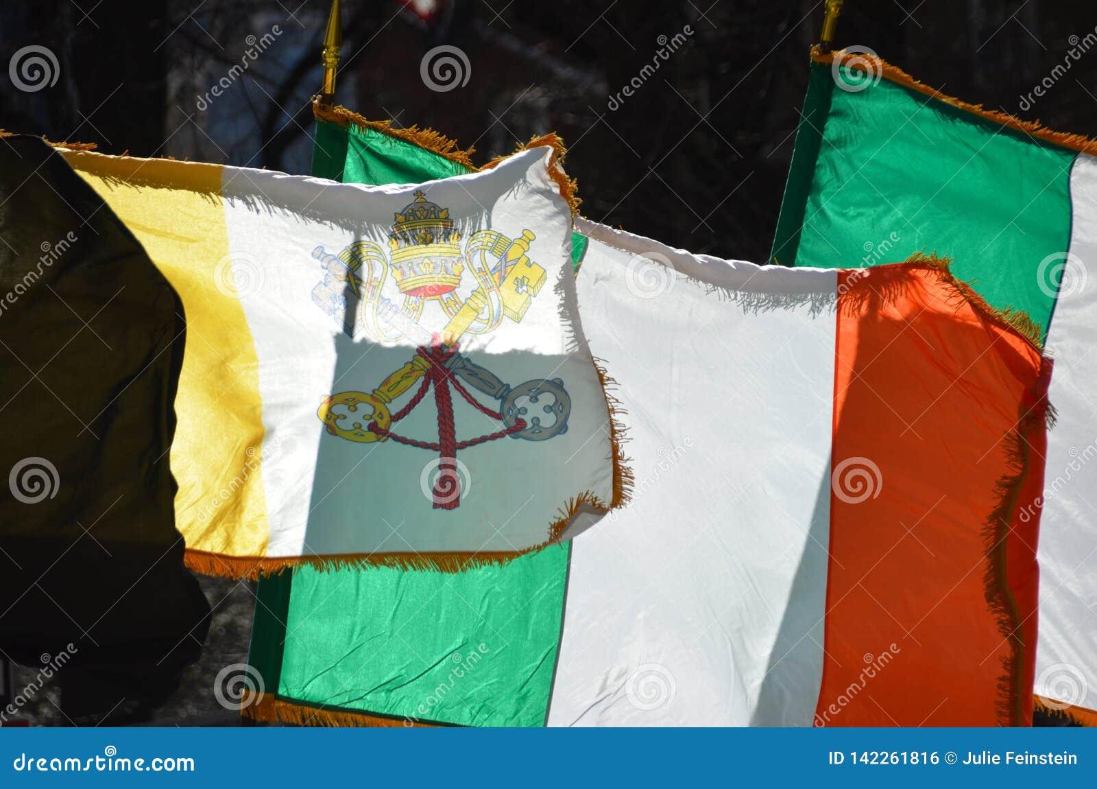 Irlandzkie i Papieskie flagi
