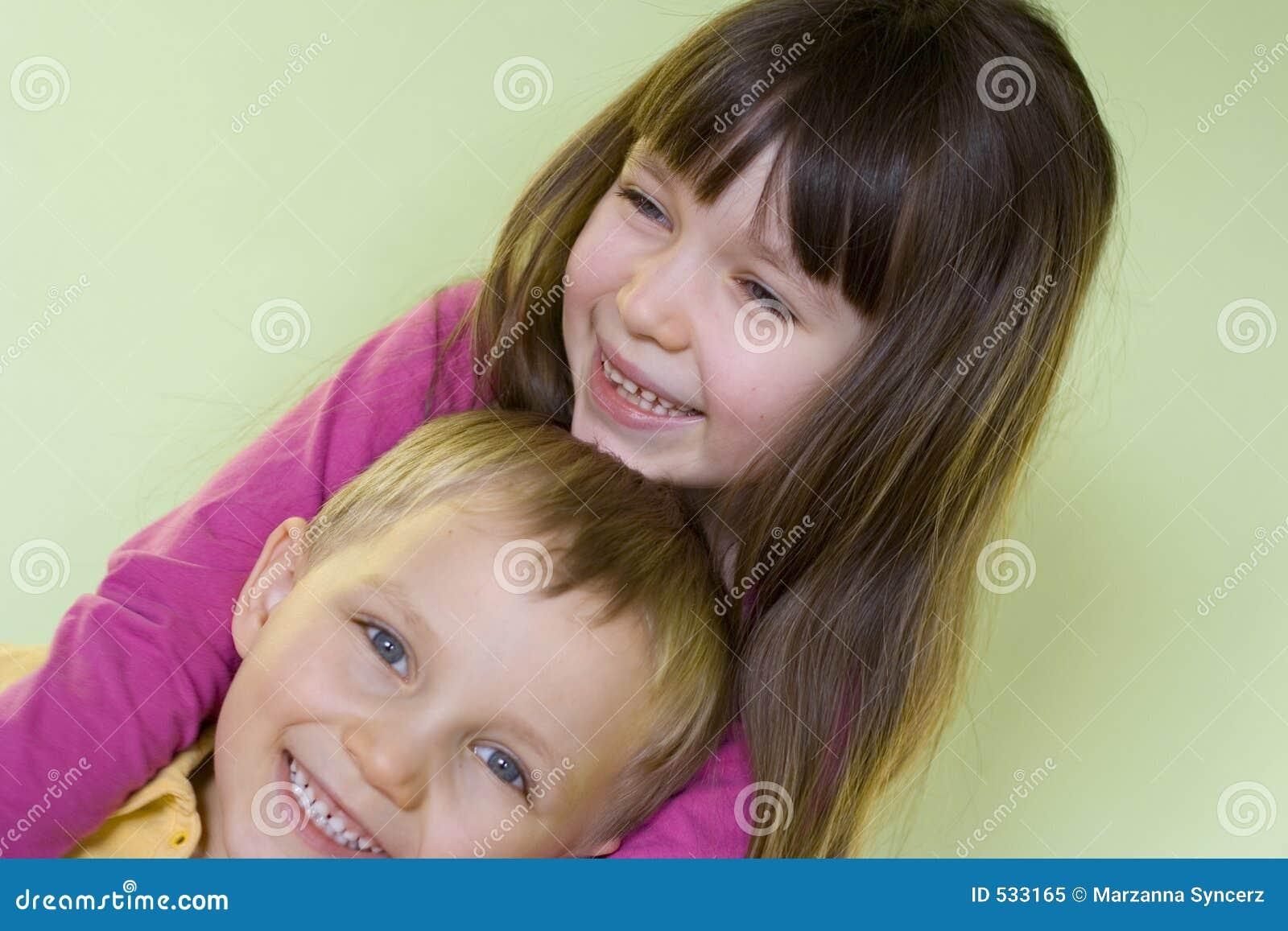 Irmã e irmão felizes
