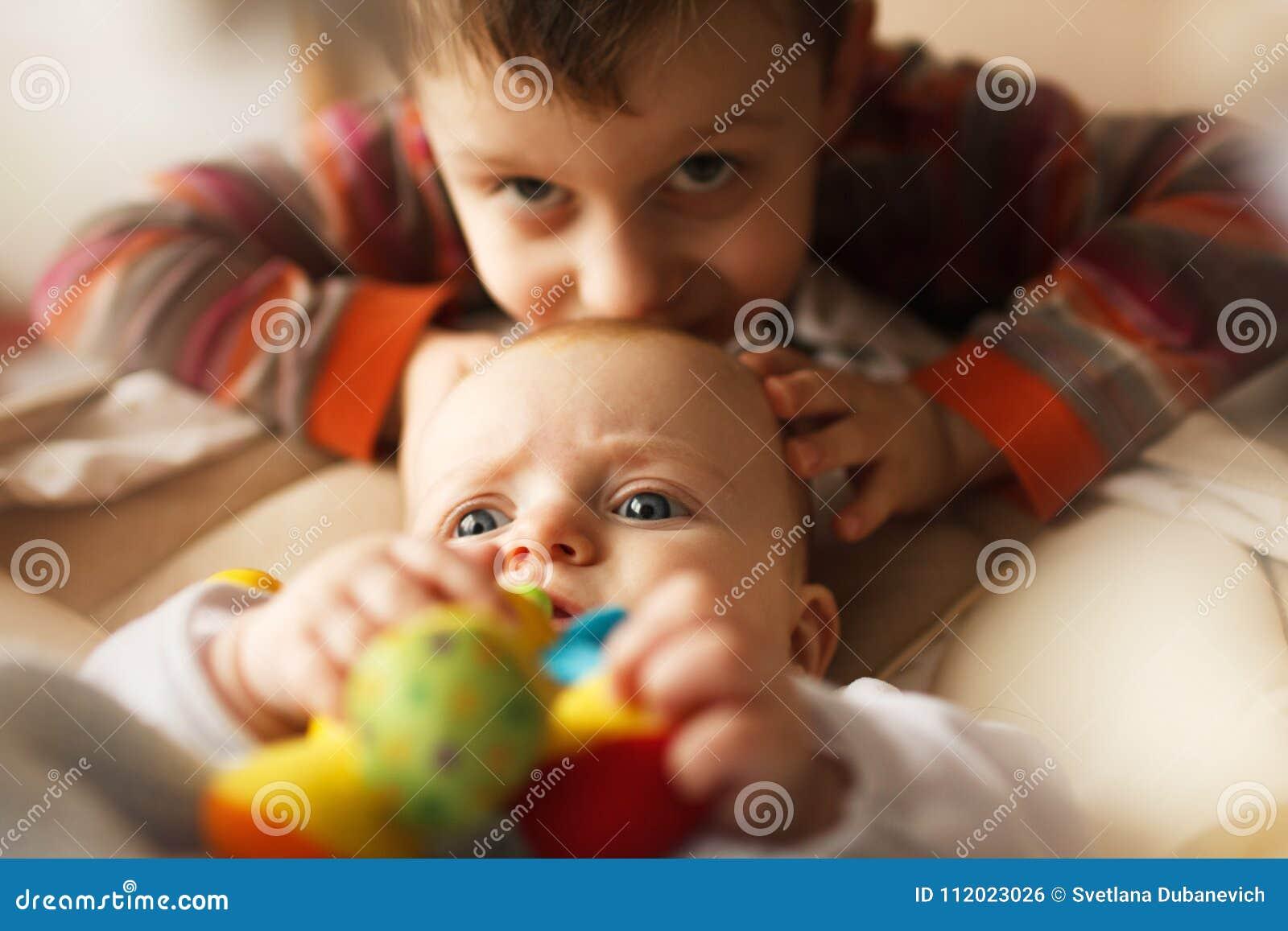Irmão com sua irmã mais nova