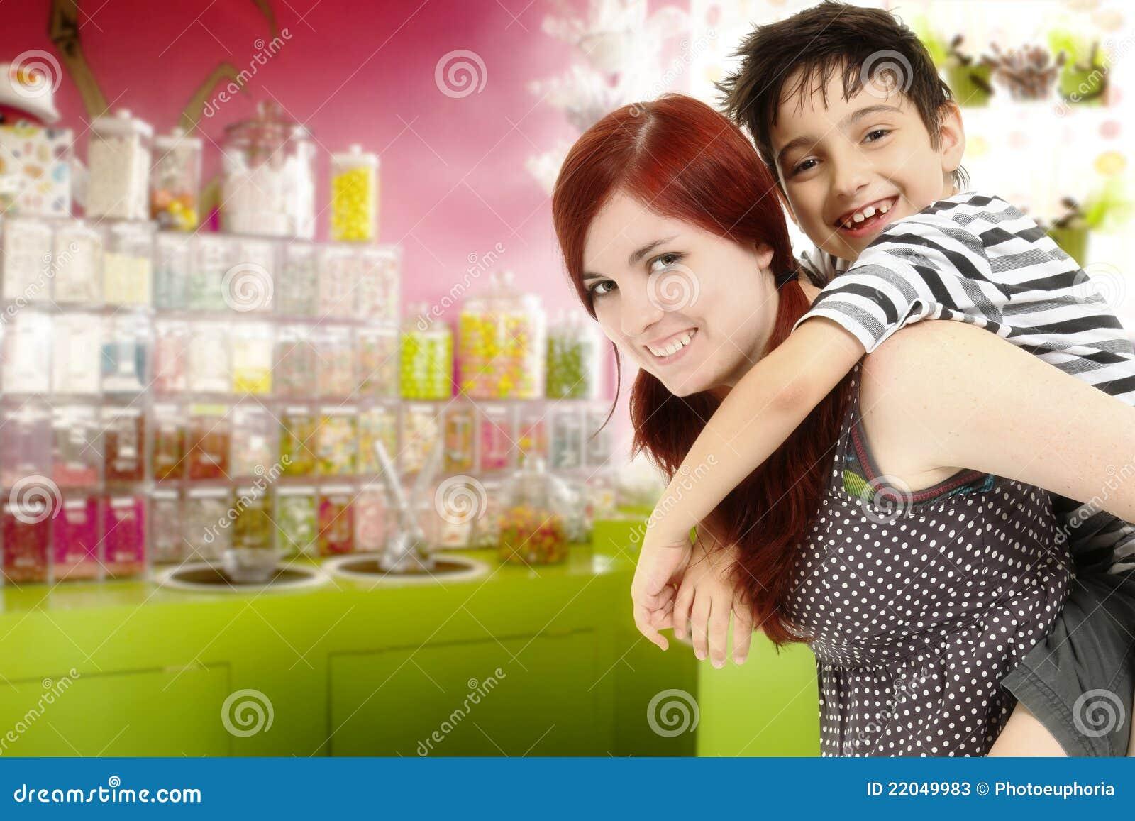 Irmão e irmã na loja de doces