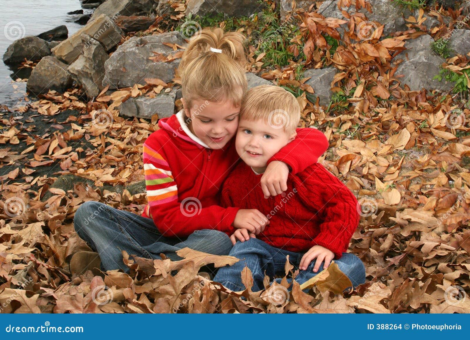 Irmão e irmã que abraçam no parque
