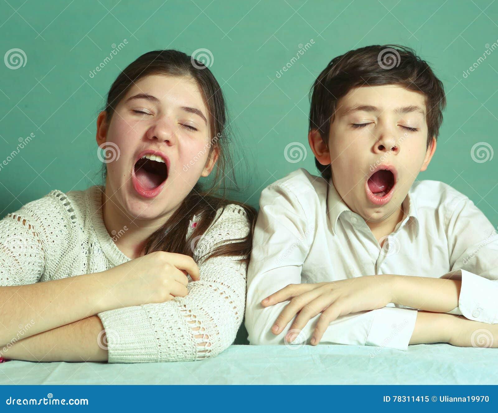 Irmão e irmã que bocejam perto acima do retrato