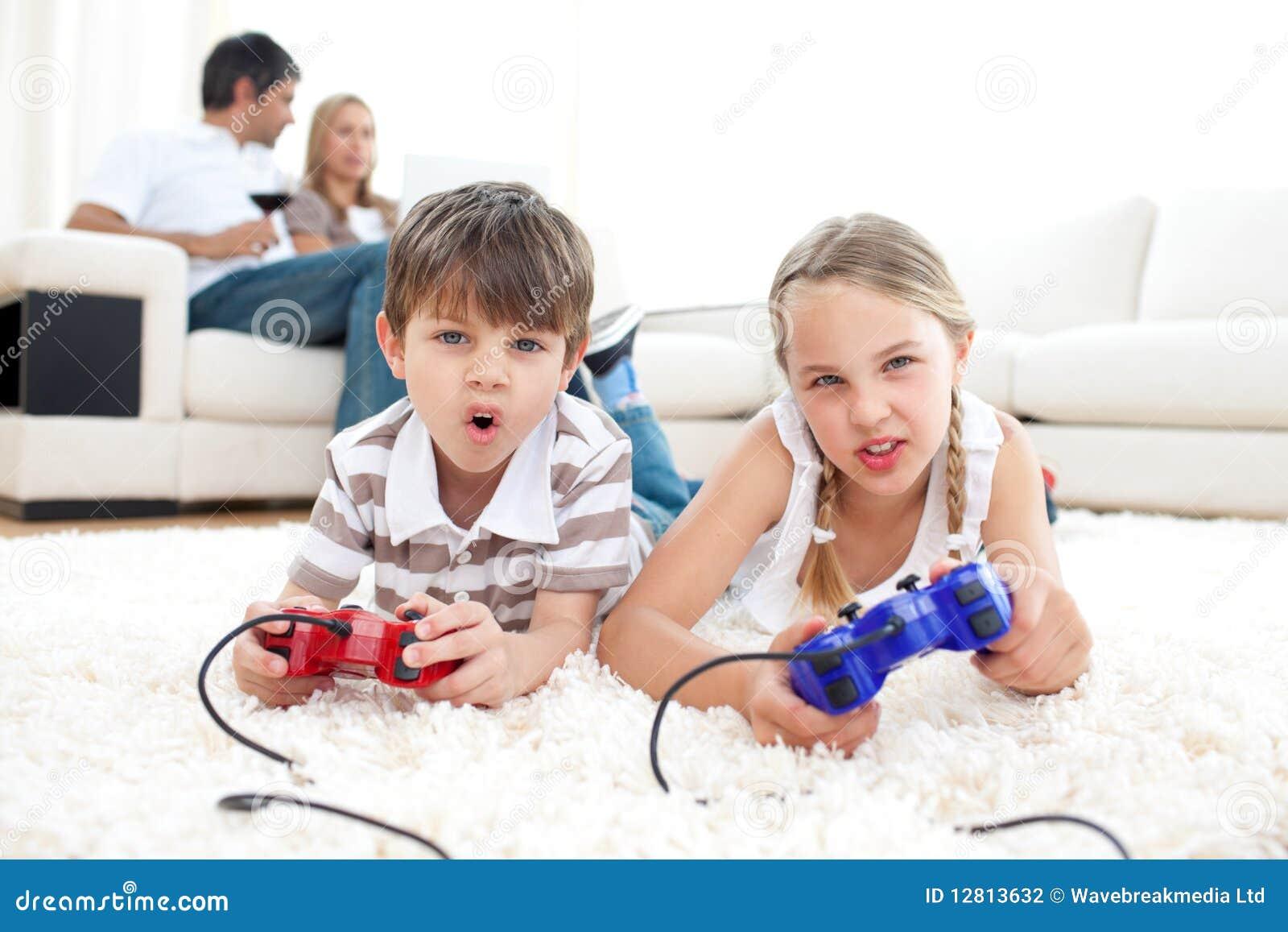 Irmãos bonitos que jogam os jogos video
