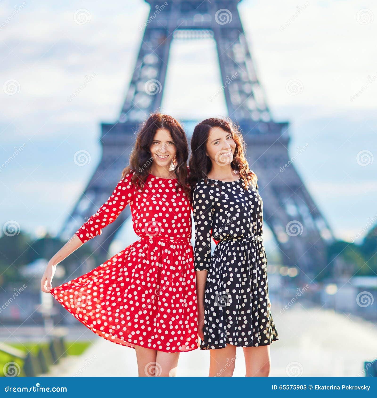 Irmãs gêmeas bonitas em Paris, França