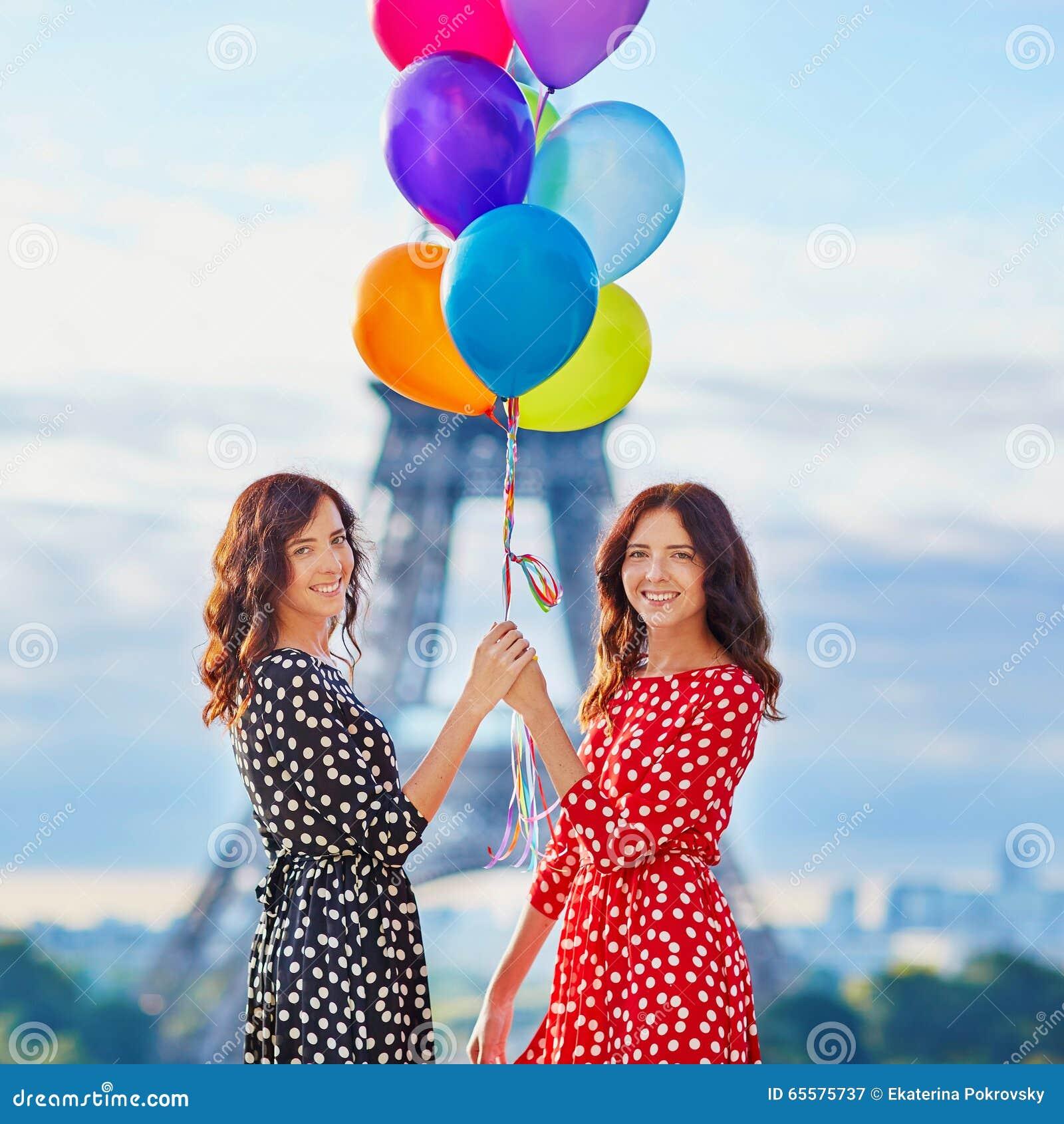 Irmãs gêmeas bonitas que bebem o café