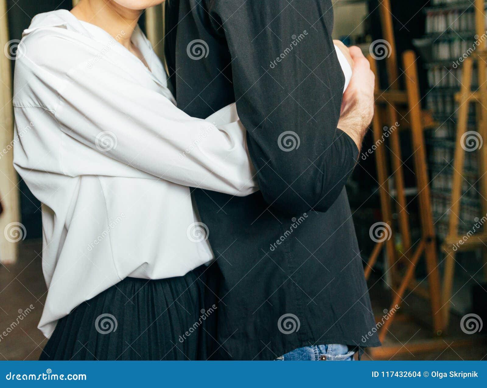 Irmãs que prendem as mãos Os amantes acoplam guardar as mãos em uma sala Em conjunto hug