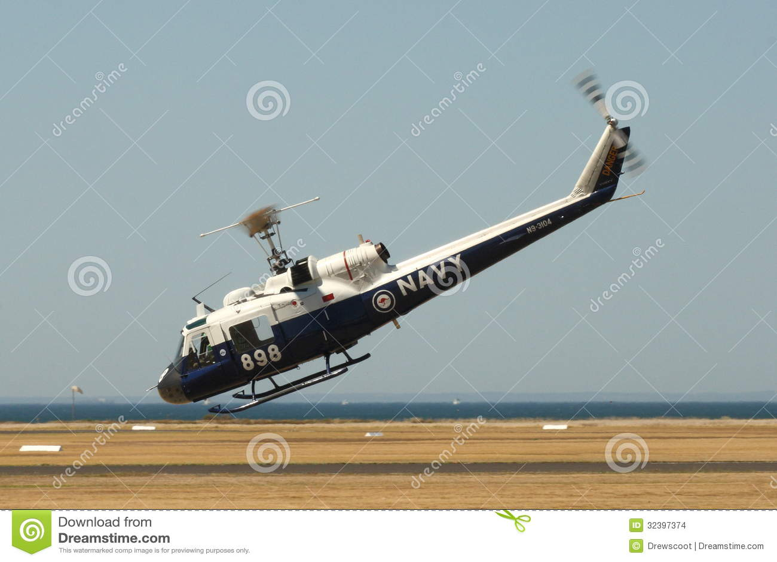 Iroquois UH--1Bhelikopter som gör behandla skärm