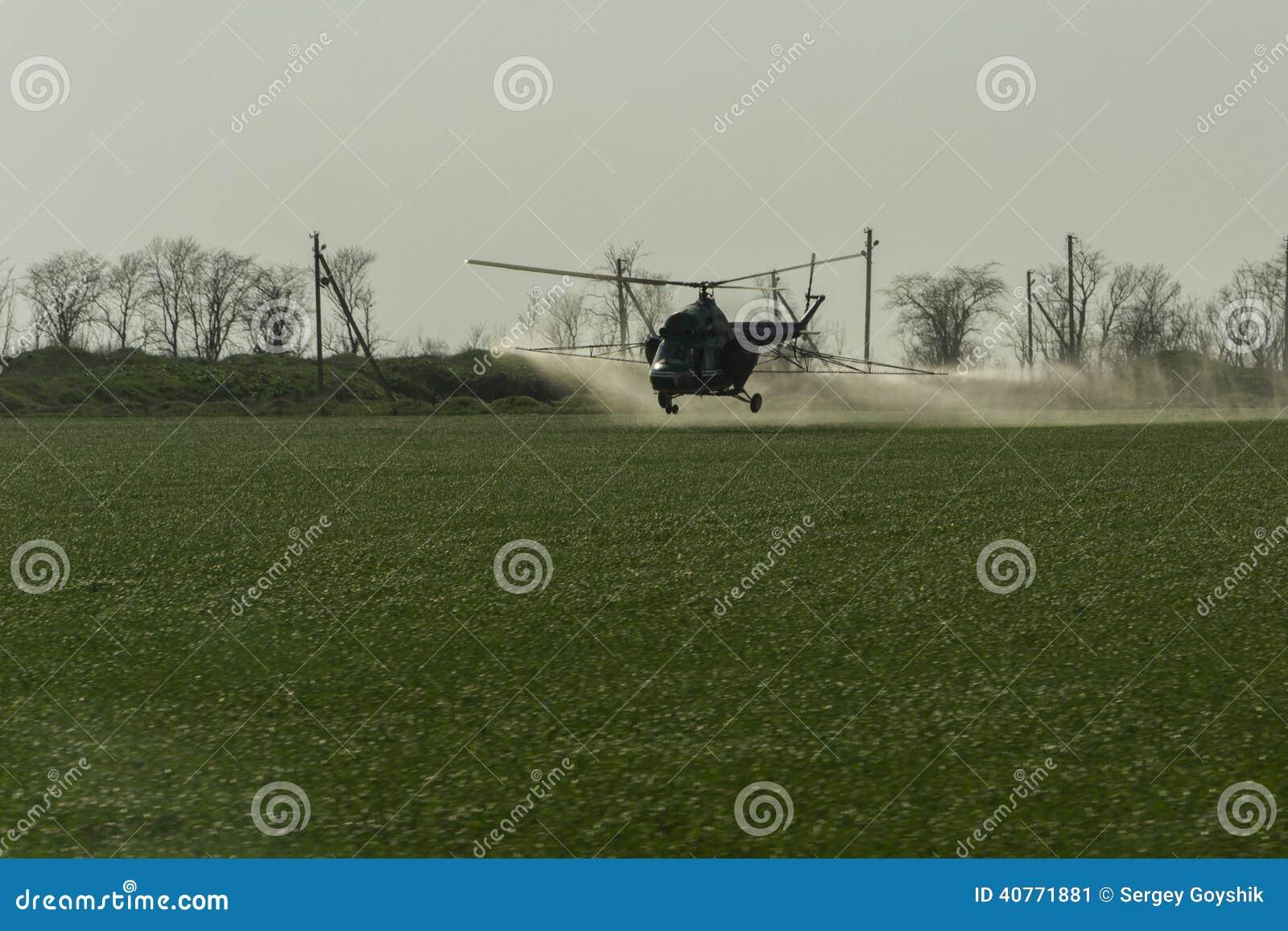 Irrigazione con fertilizzante da un elicottero fotografia for Un fertilizzante
