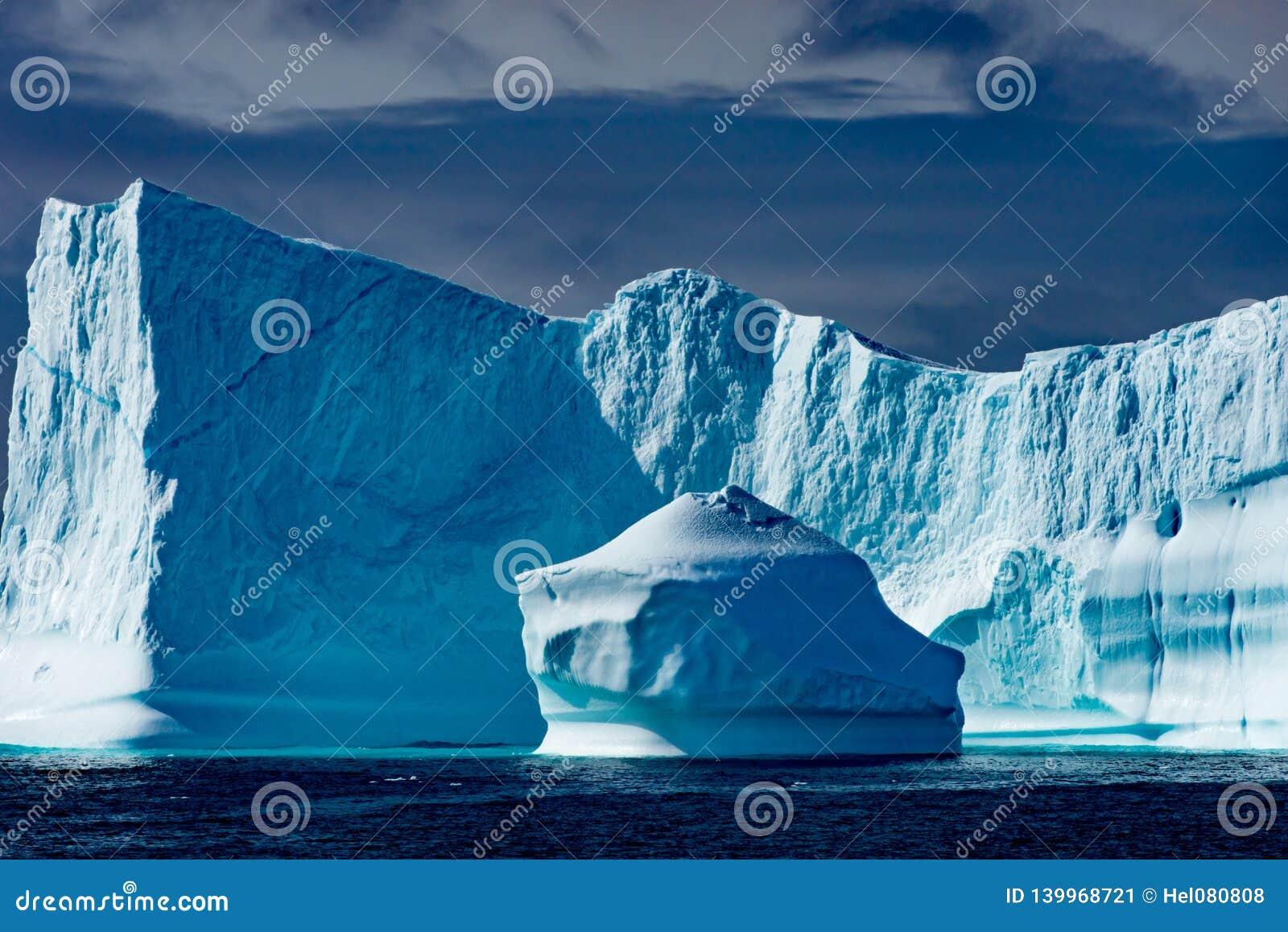 Isberg i Grönland Enorma isbergbyggnader med tornet