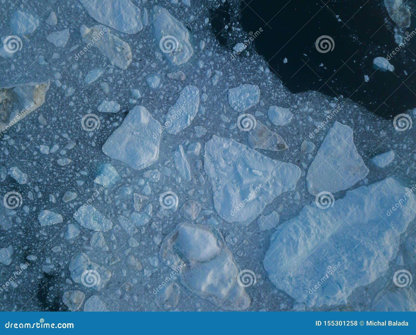 Isberg surrar bästa sikt för flyg- bild - klimatförändring och global uppvärmning Isberg från smältningsglaciären i icefjord i Il