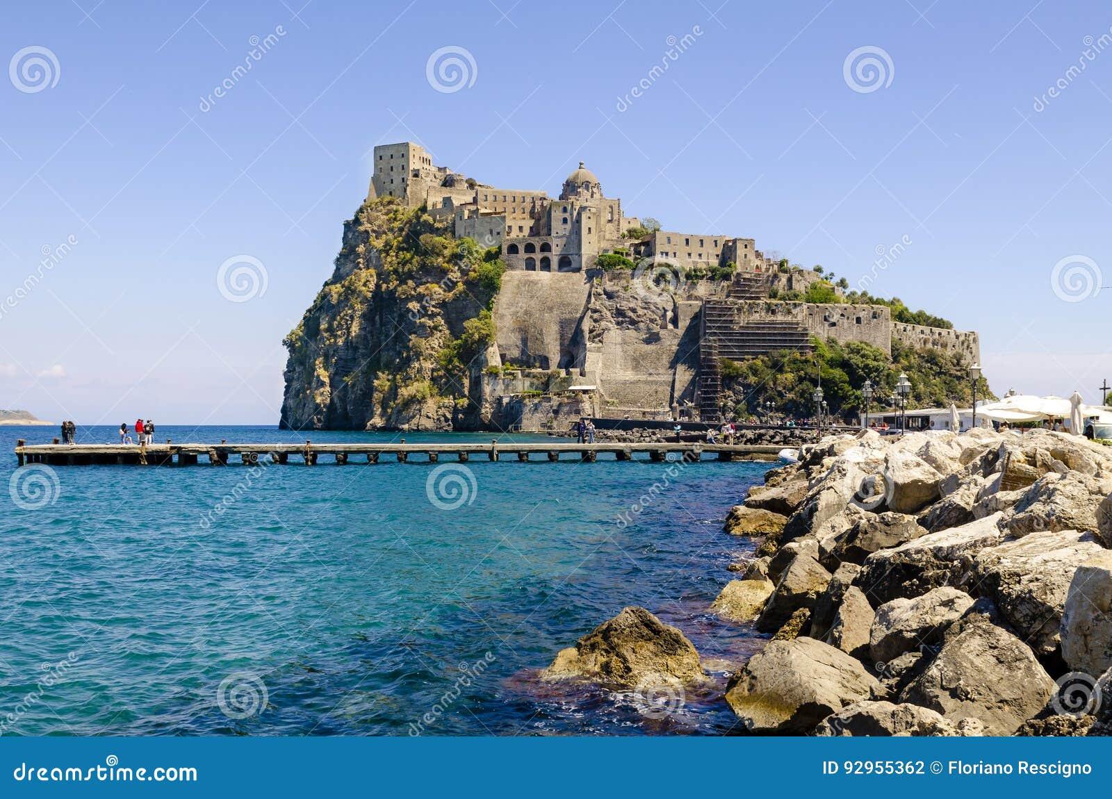 Ischia Ponte z grodowym Aragonese Ischia wyspy, zatoka Naples Włochy