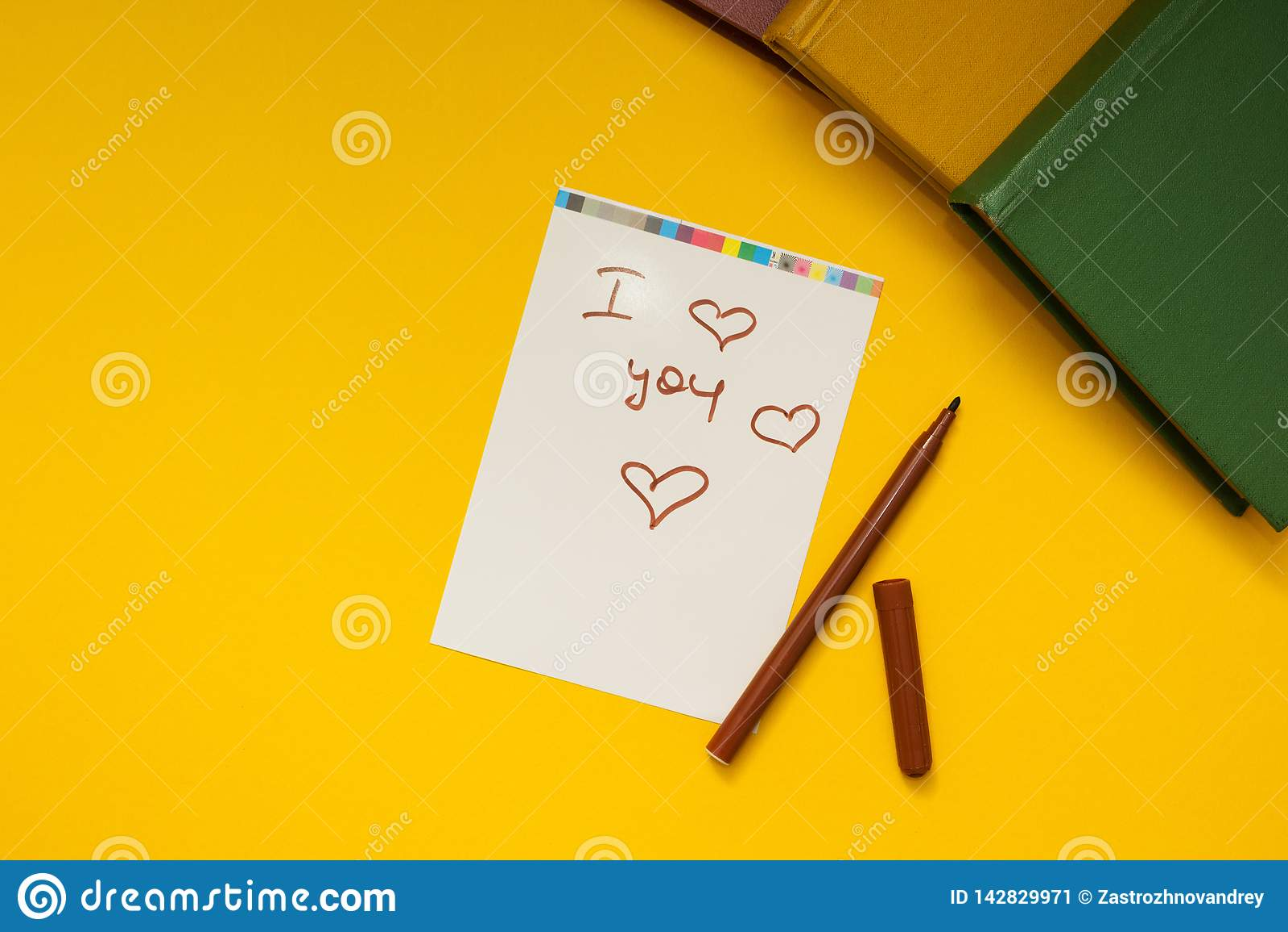 """Iscrizione """"ti amo """"su fondo giallo"""