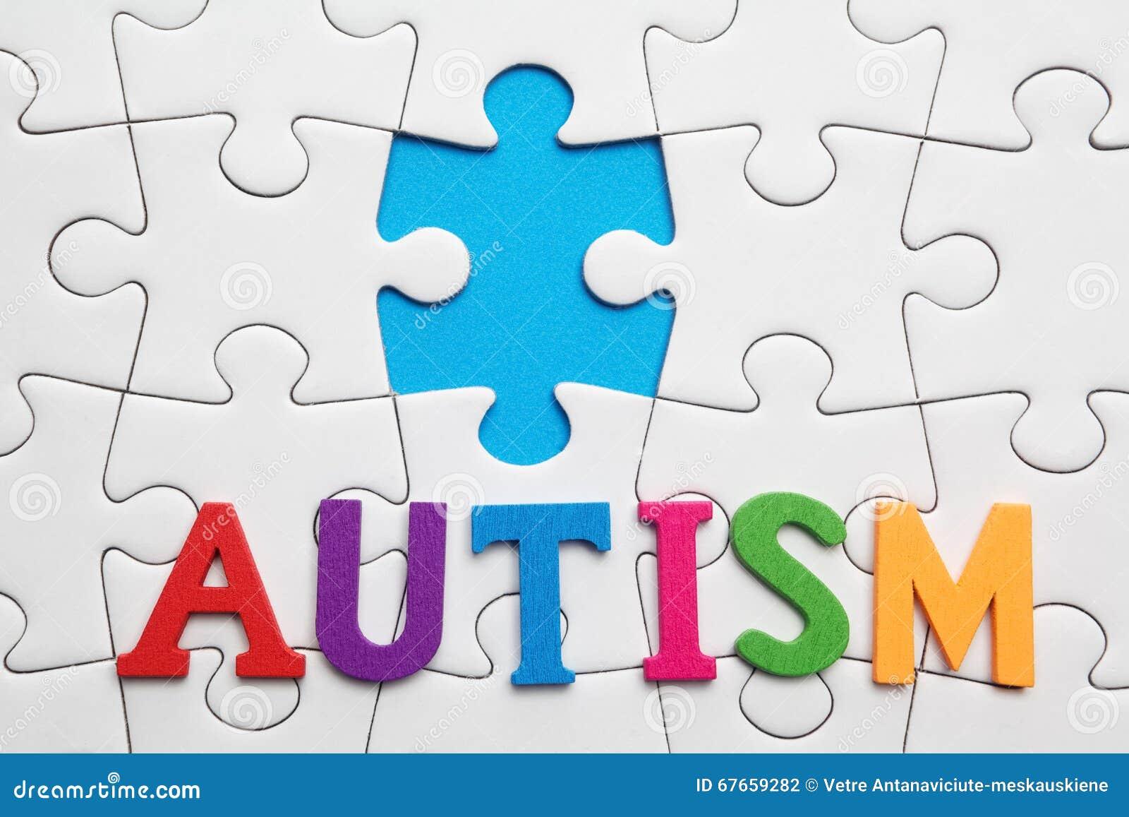 Iscrizione di autismo su un fondo bianco di puzzle