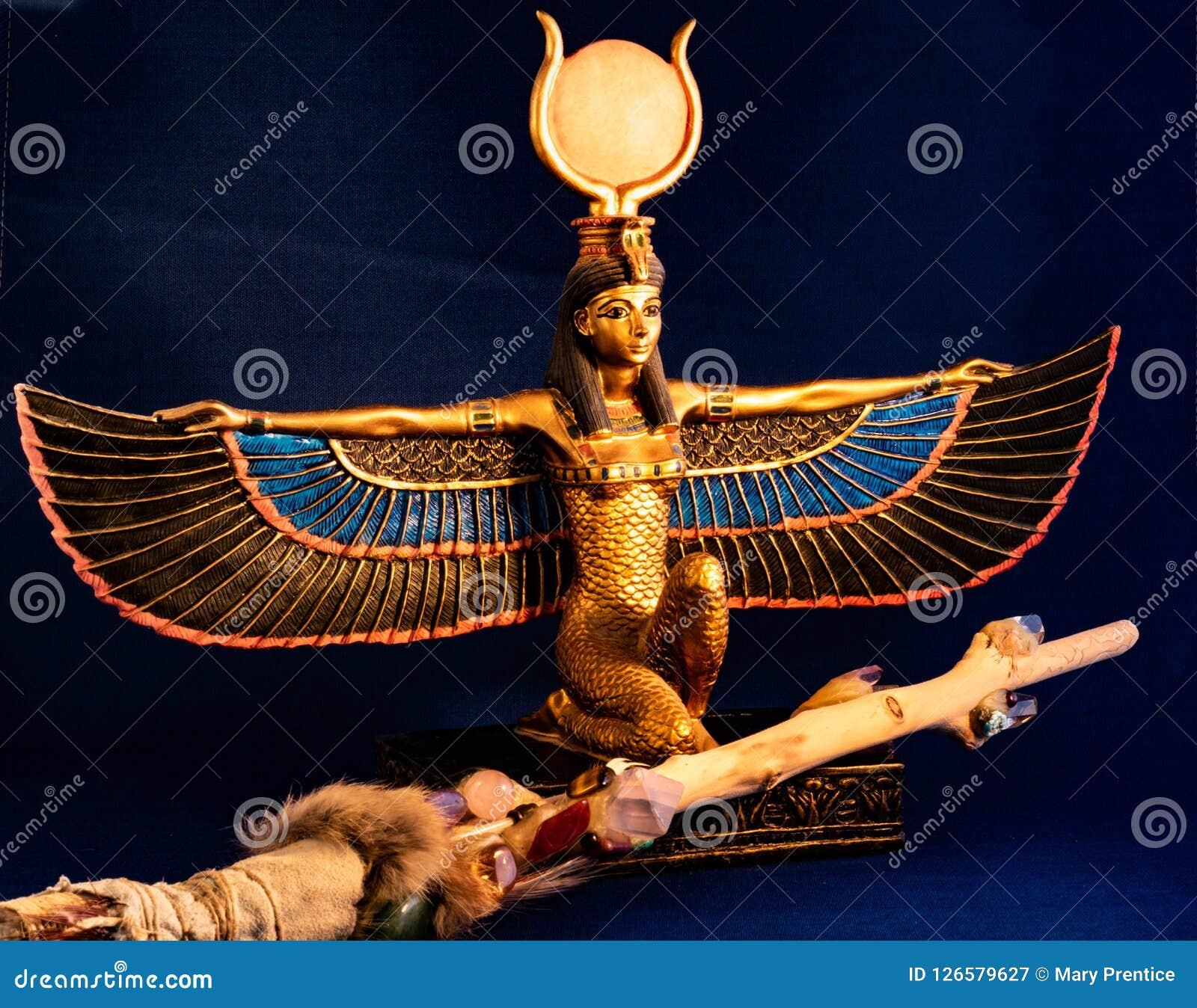 ISIS egipcio de la diosa que se arrodilla con la vara mágica tradicional hecha con cuarzo, los cristales de la amatista, la mader