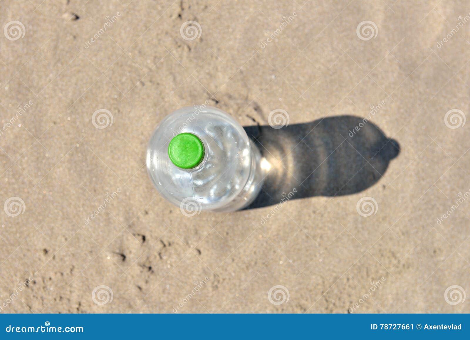 Iskall flaska utan etikett av uppfriskande vatten som står upprätt