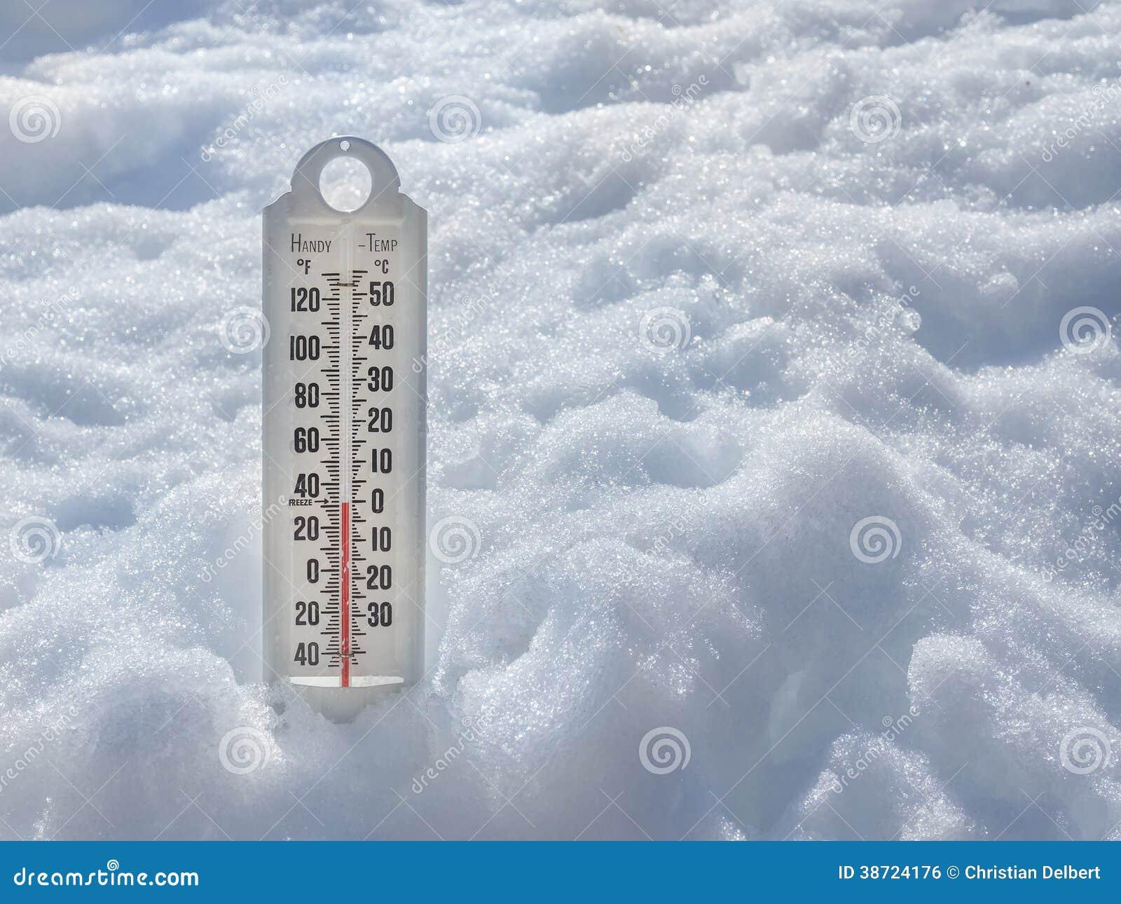 Iskall termometer i snö arkivfoto. Bild av coldness, kallt