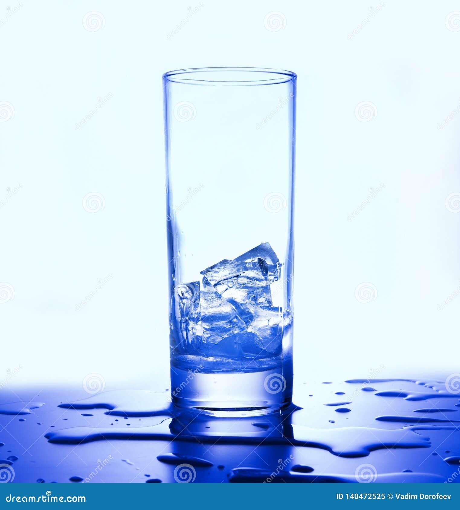 Iskuber i ett exponeringsglas Fördelande droppar Vit blå signal Slapp fokus