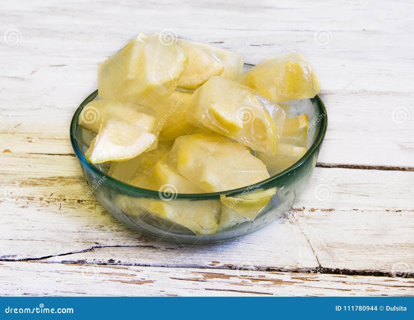 Iskuber med citroner
