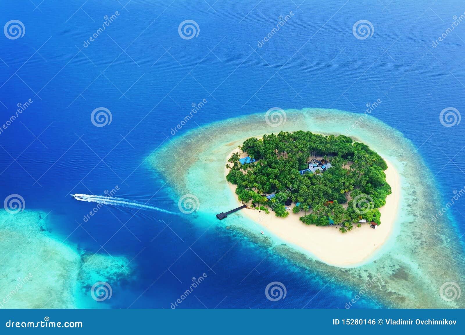 Isla alejada en el océano