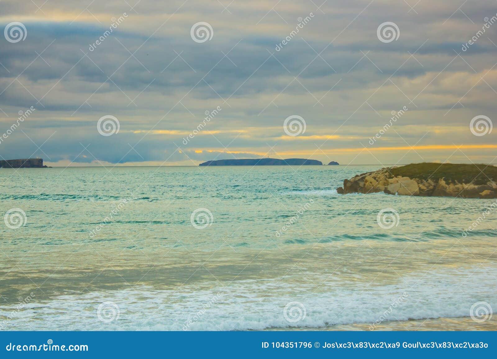 Isla de Berlenga del portugués en el crepúsculo, mirado de la playa de Baleal