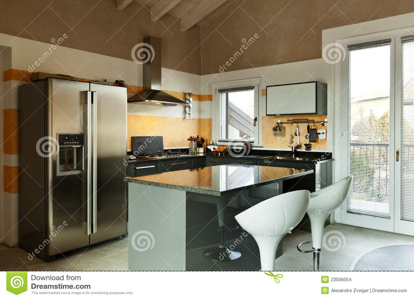 Isla de cocina con dos taburetes imagenes de archivo for Taburetes de cocina