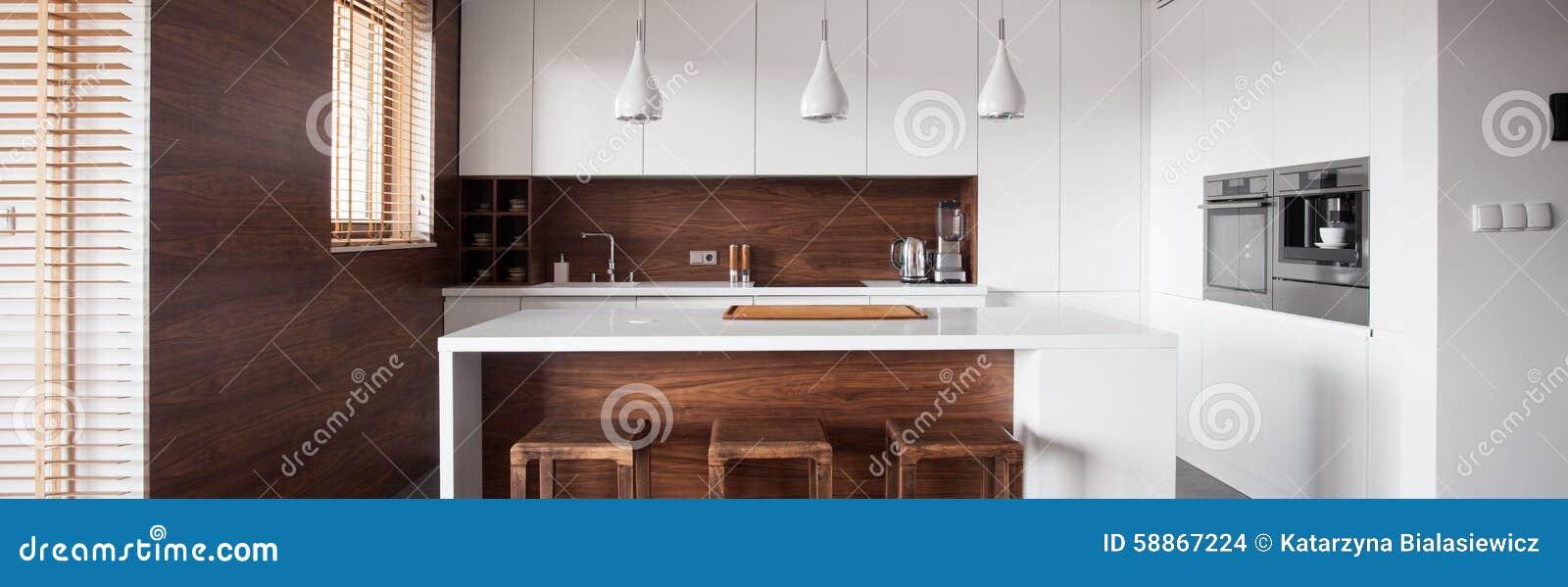 Isla de cocina en la cocina de madera foto de archivo for Islas de cocina de madera