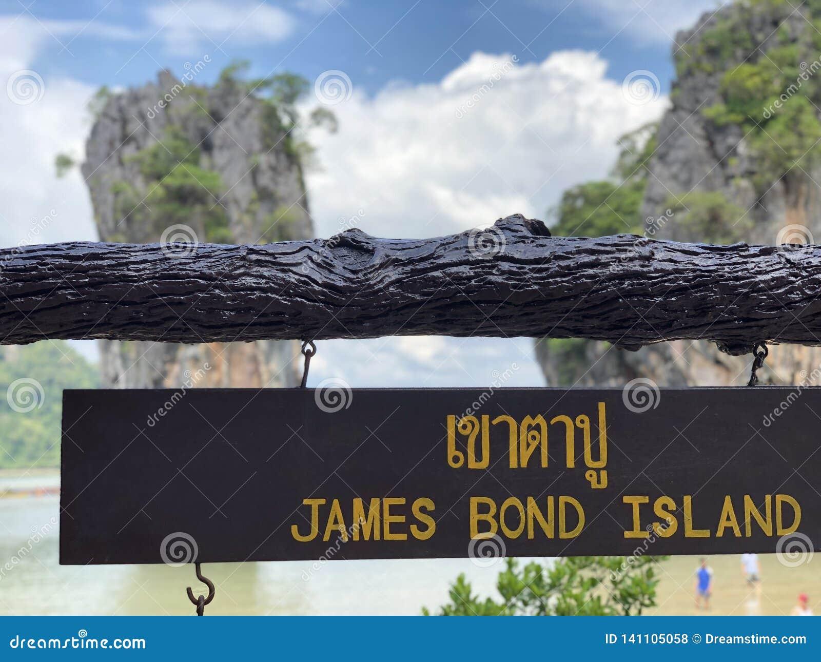 Isla de James Bond de la placa en la isla del milagro de Tailandia, mar azul, cielo azul, altos acantilados, mucho verdor tropica