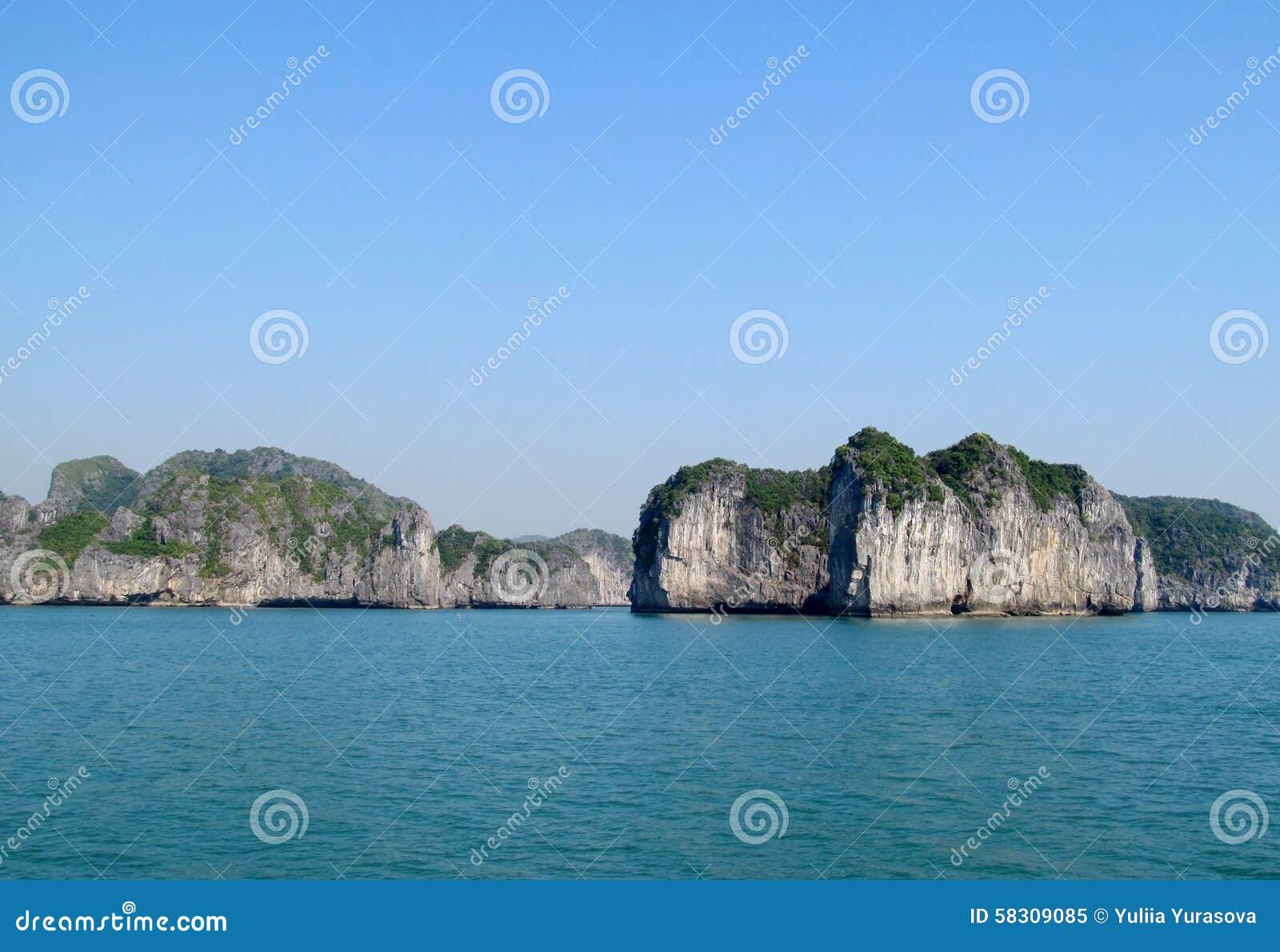 Isla de la piedra caliza en la bahía del mar