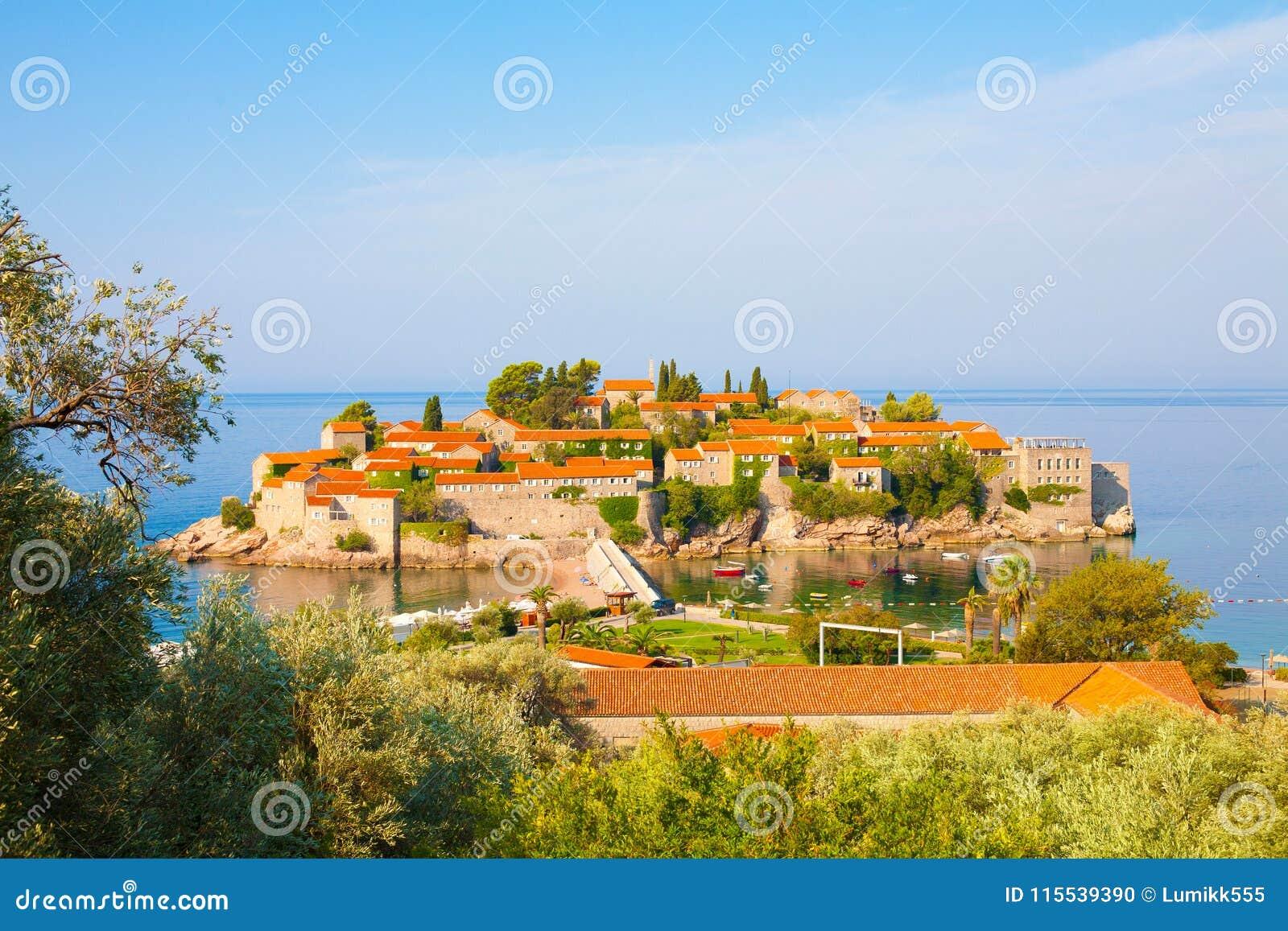 Isla de Sveti Stefan en Budva Riviera, Montenegro