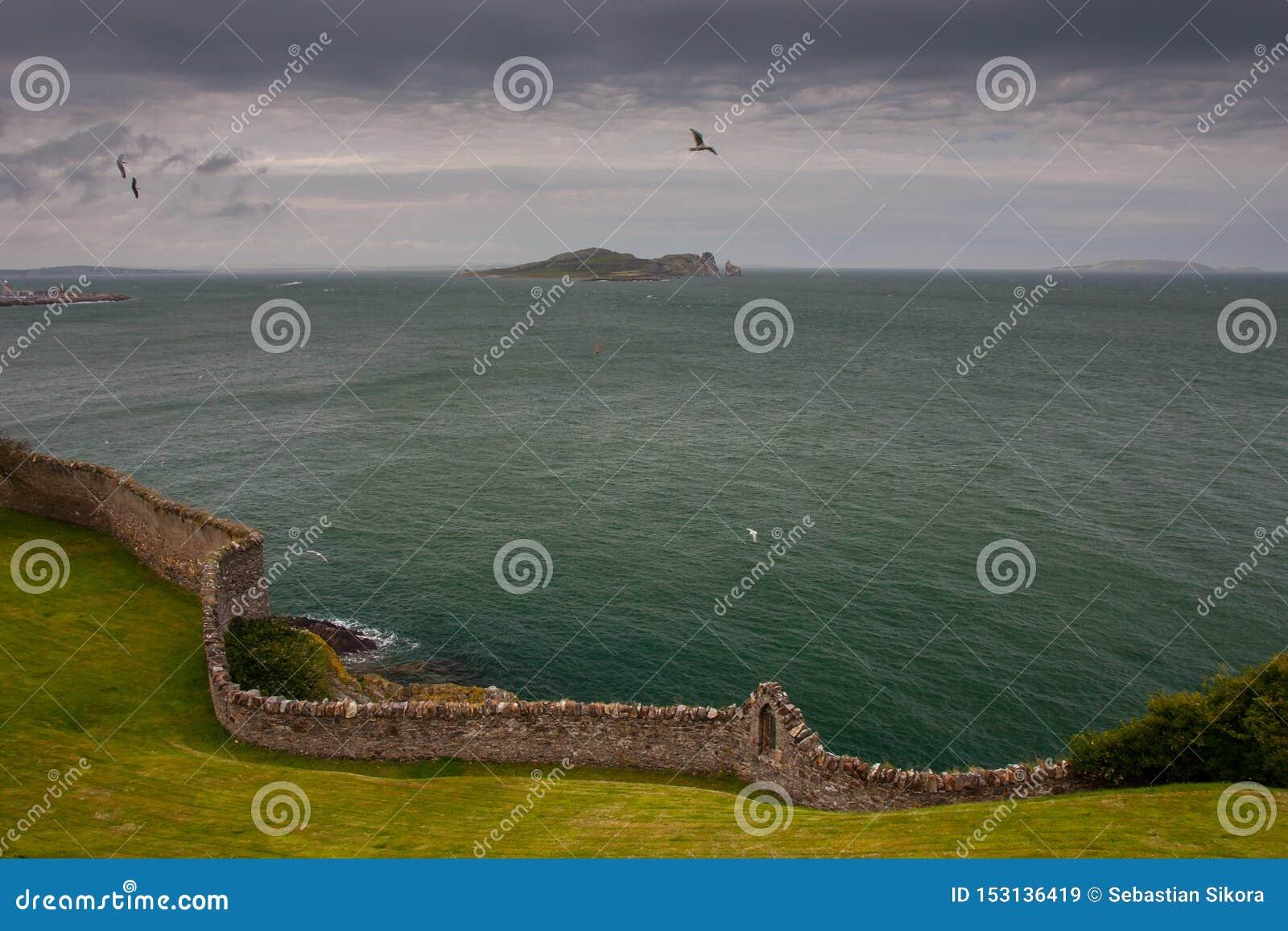 Isla del ojo de Irlanda tomada de Howth, Dublín, Irlanda