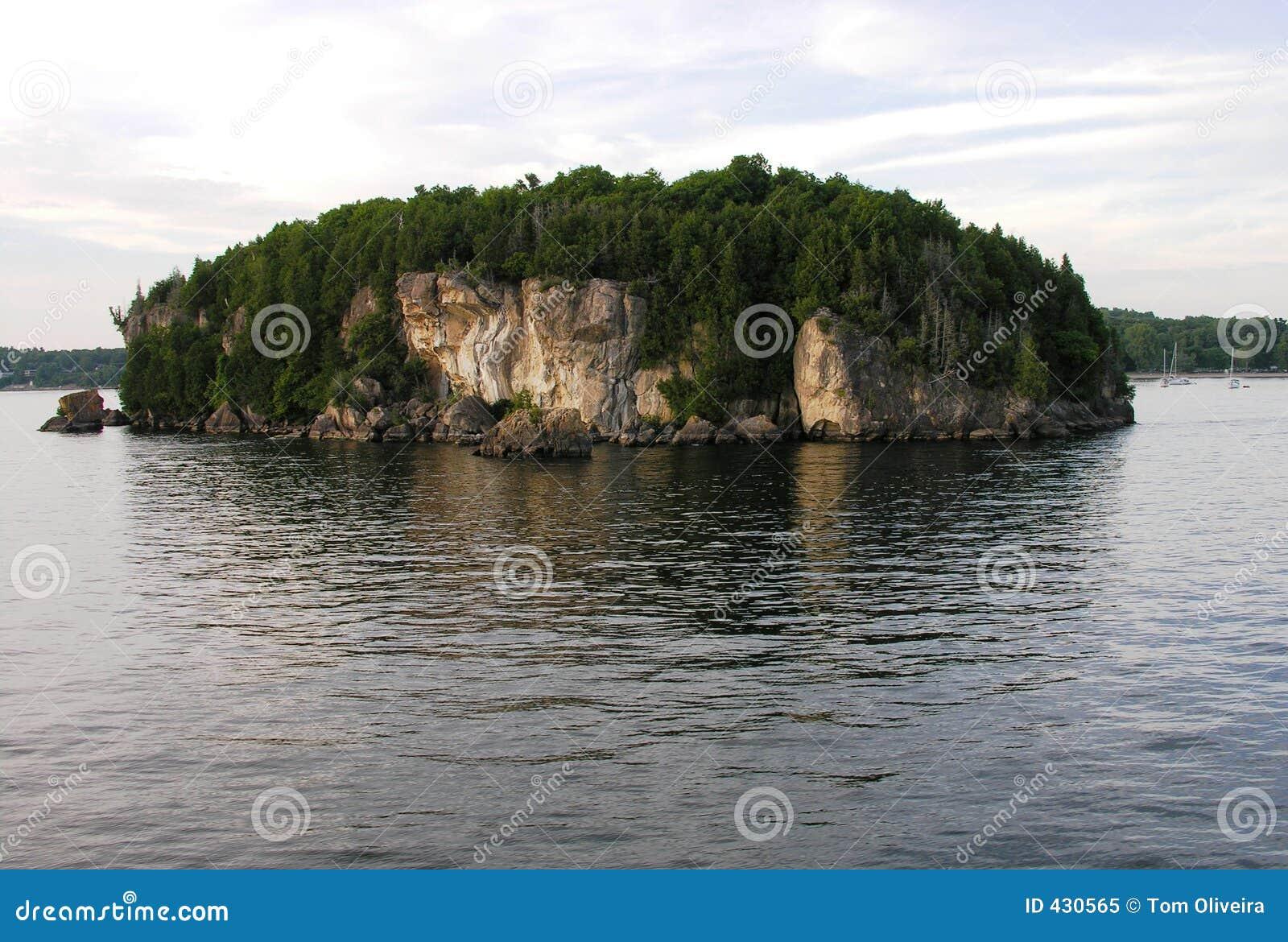 Isla en el lago.