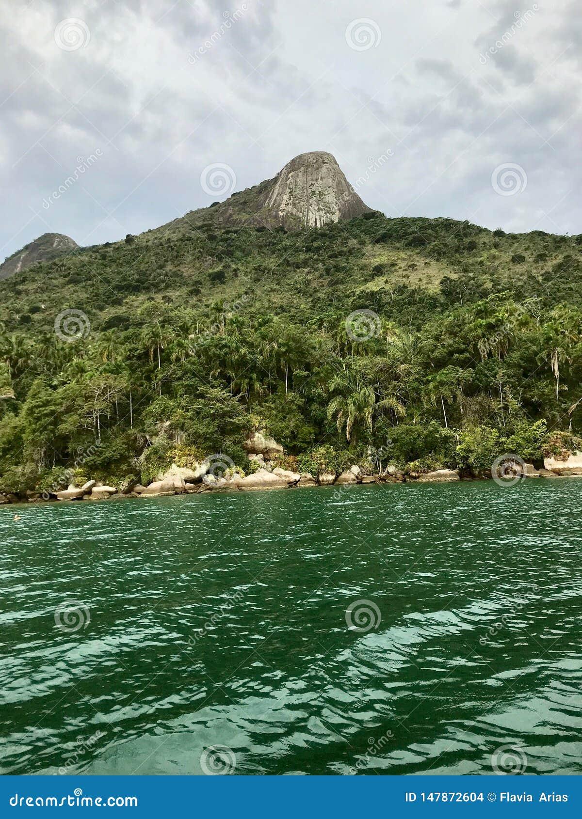 Isla en el medio del mar en el Brasil