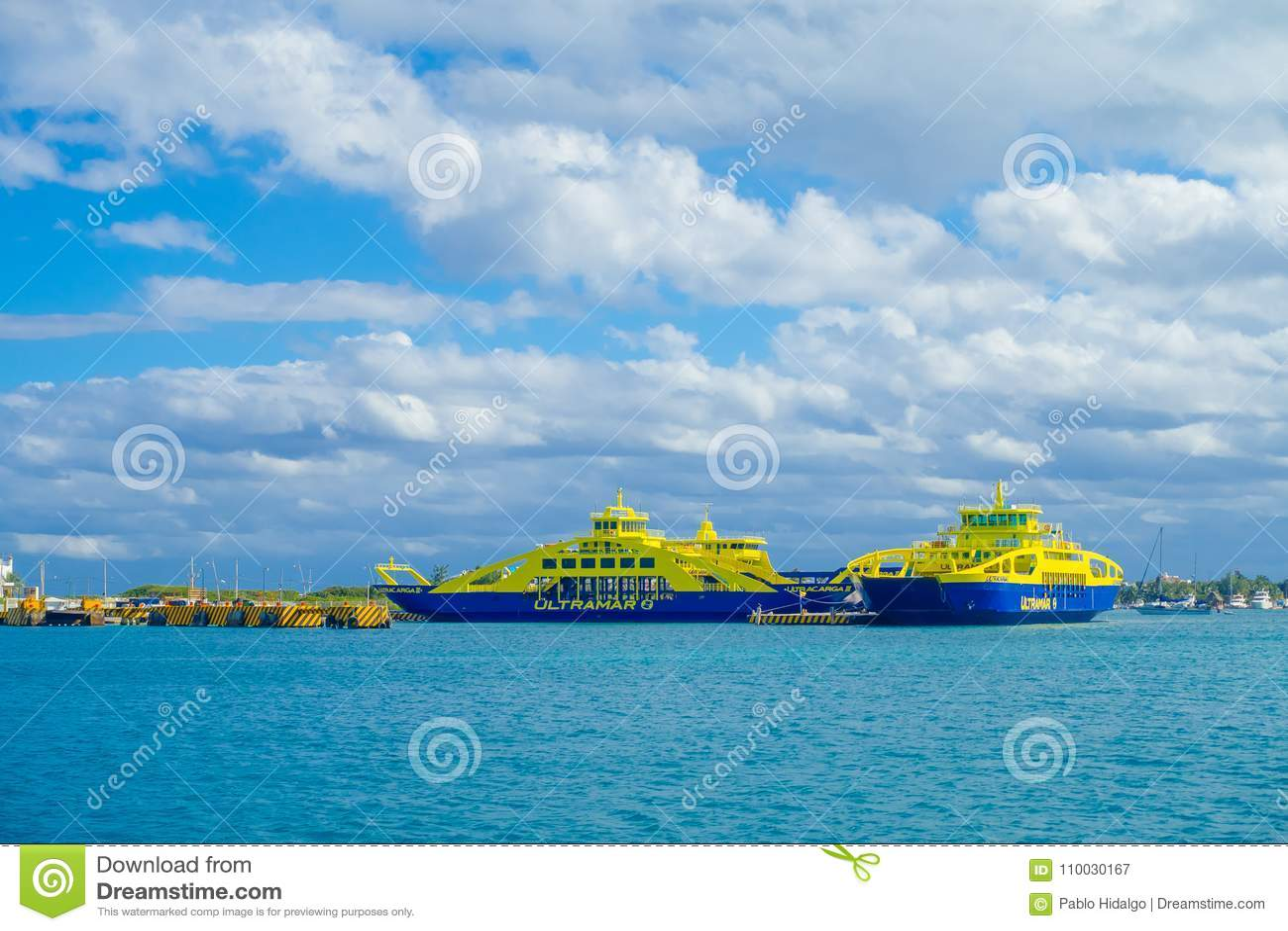 ISLA MUJERES, MEXICO, 10 JANUARI, 2018: Openluchtmening van veerboot van kleur het blauwe en gele varen in de wateren dicht bij