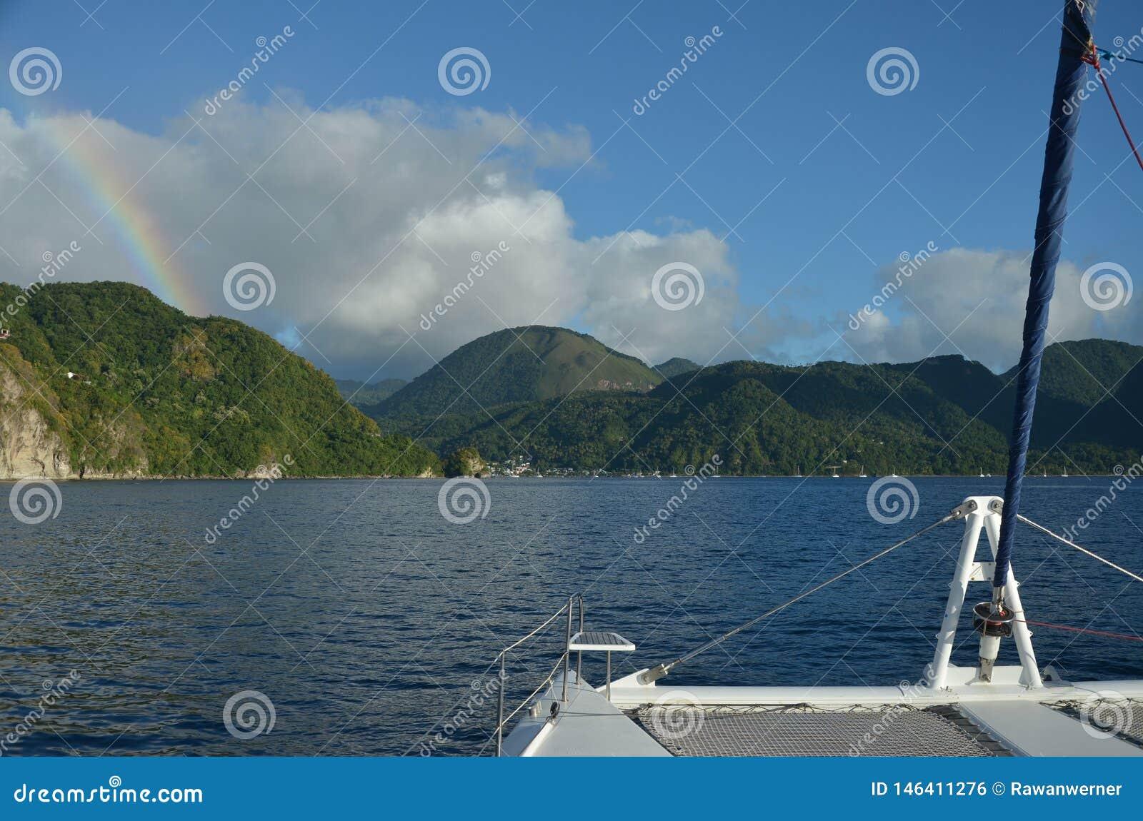 Isla navegante del Caribe del arco iris del catamarán