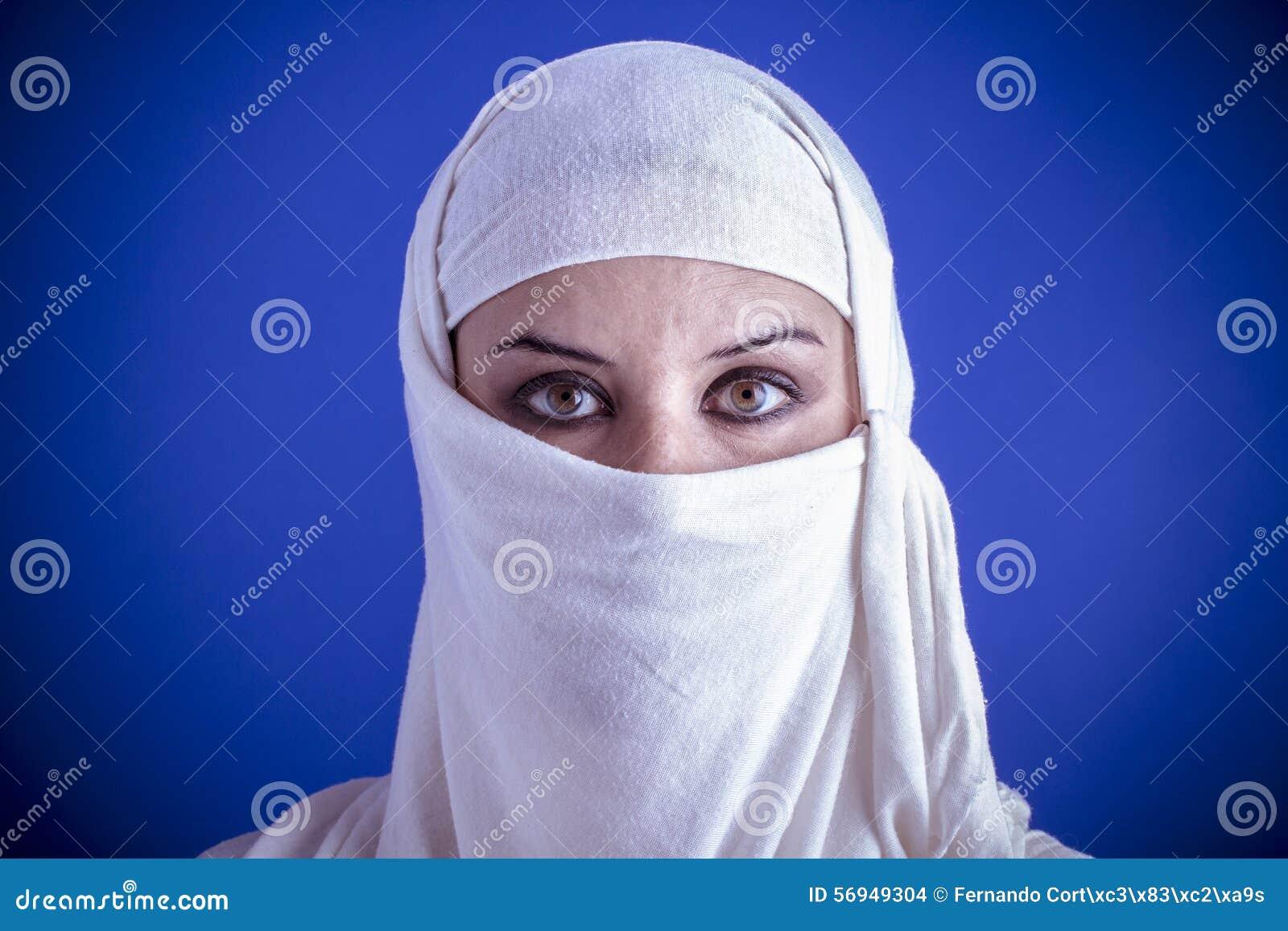 Islam bella donna araba con il velo tradizionale sul suo for Suo e suo bagno