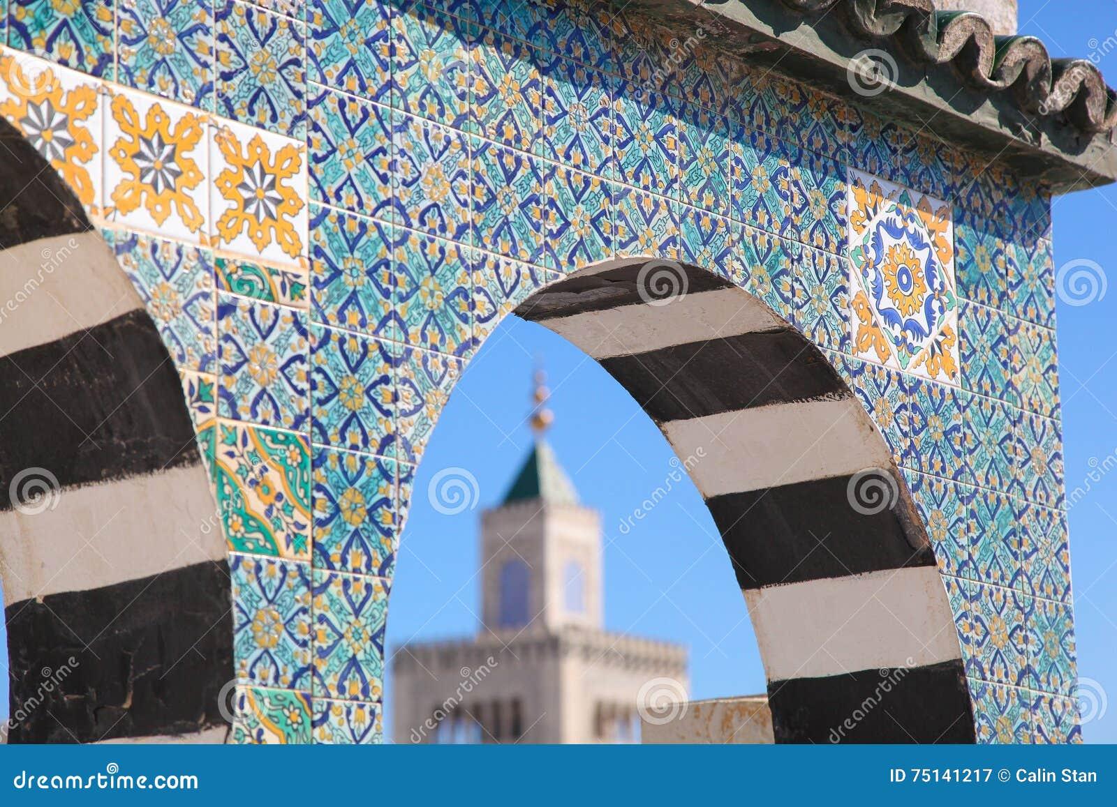 Islamisches keramisches Dekorationsmuster auf der Wand in Tunis, die Kappe
